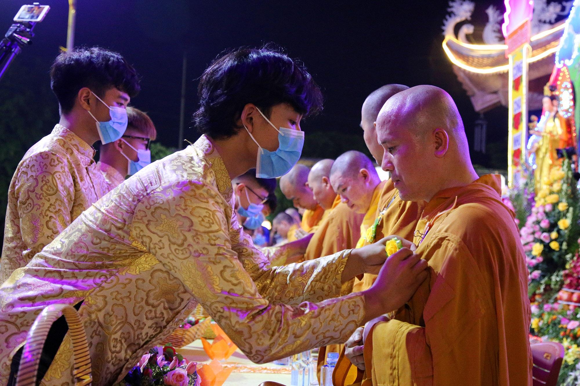 Phật tử đeo khẩu trang làm lễ Vu lan báo hiếu tại chùa Ninh Tảo  - 8