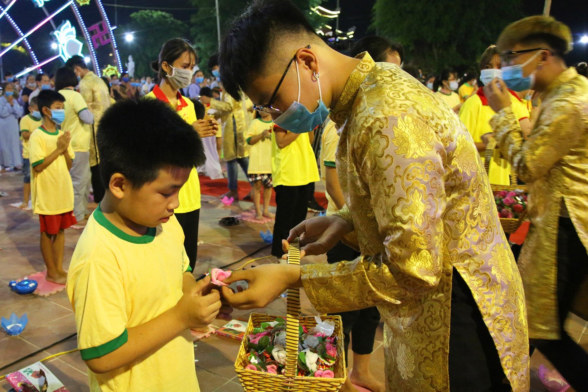 Phật tử đeo khẩu trang làm lễ Vu lan báo hiếu tại chùa Ninh Tảo  - 9