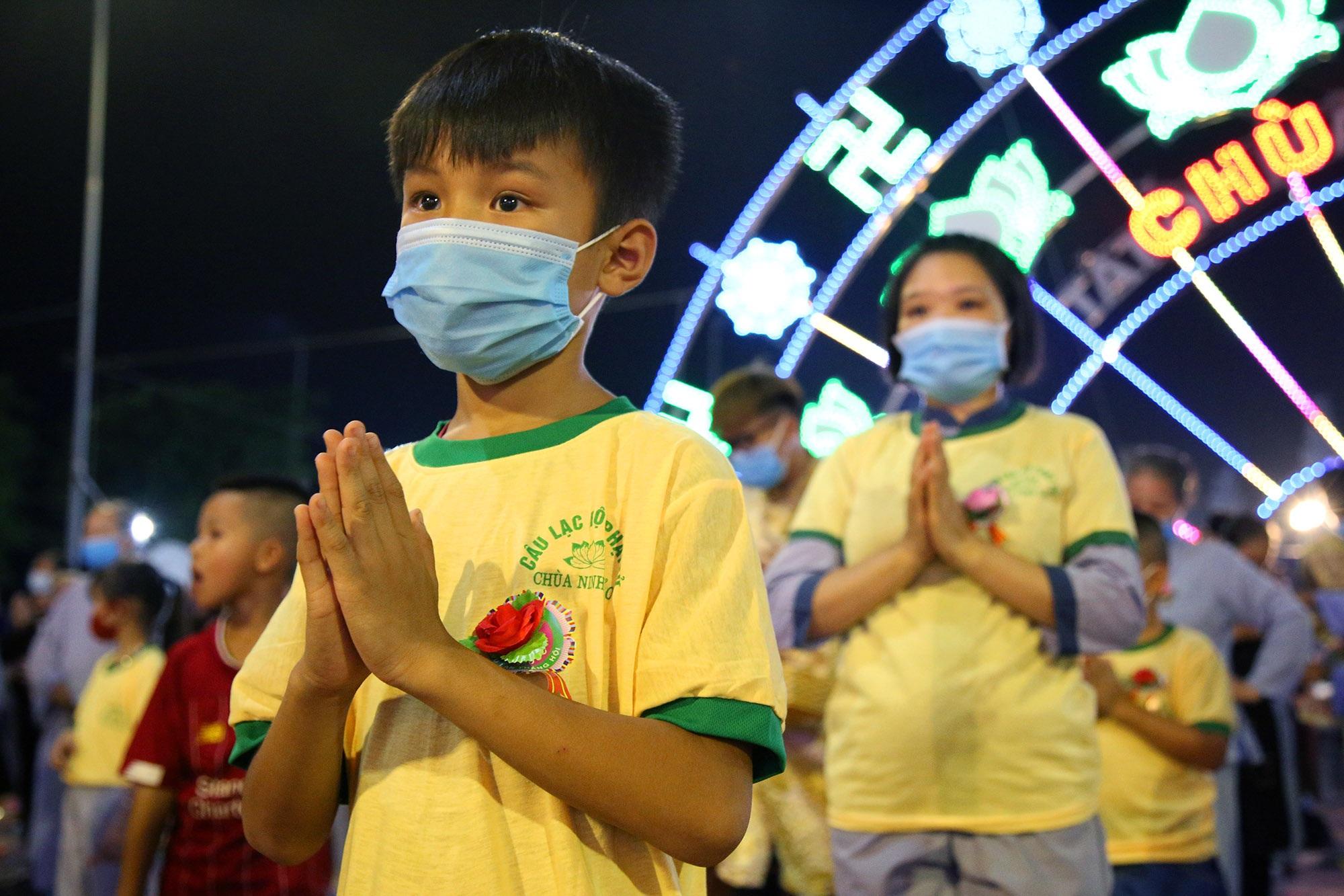 Phật tử đeo khẩu trang làm lễ Vu lan báo hiếu tại chùa Ninh Tảo  - 10