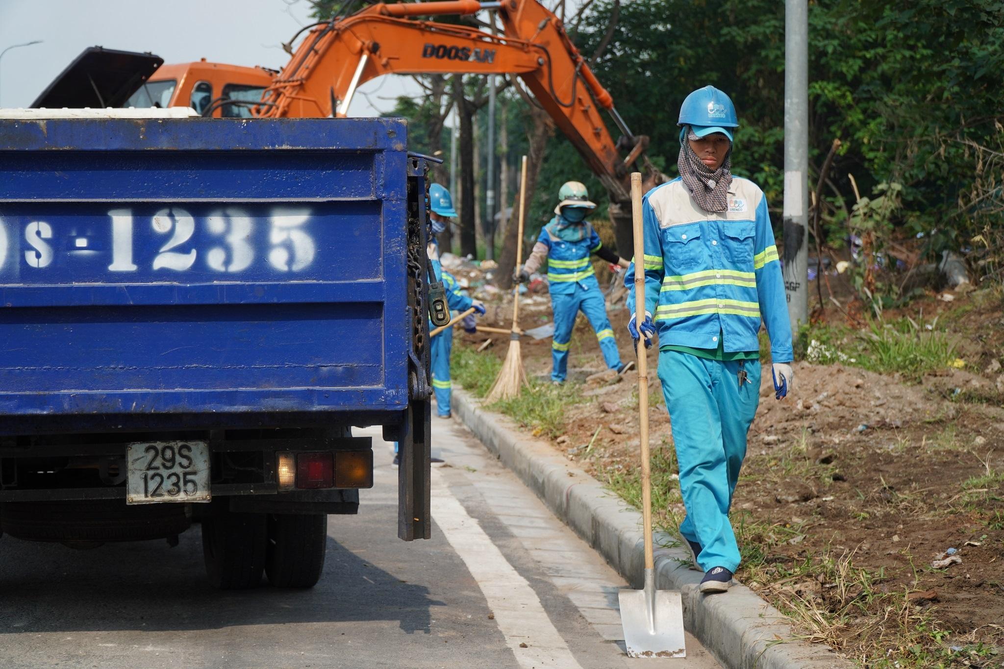 Dọn gần 200 tấn rác thải dọc đại lộ Thăng Long sau phản ánh của báo Dân trí - 1