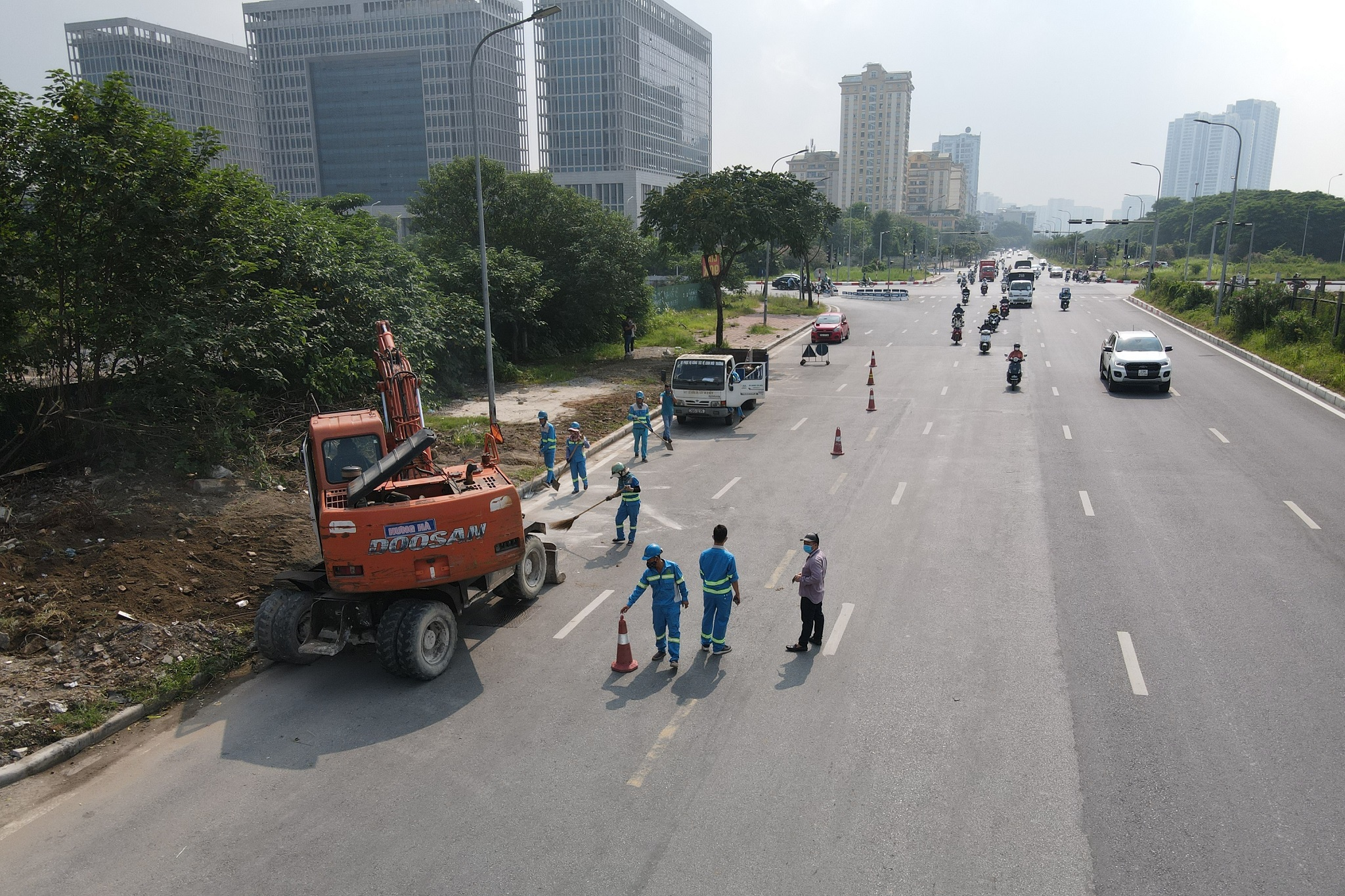 Dọn gần 200 tấn rác thải dọc đại lộ Thăng Long sau phản ánh của báo Dân trí - 6