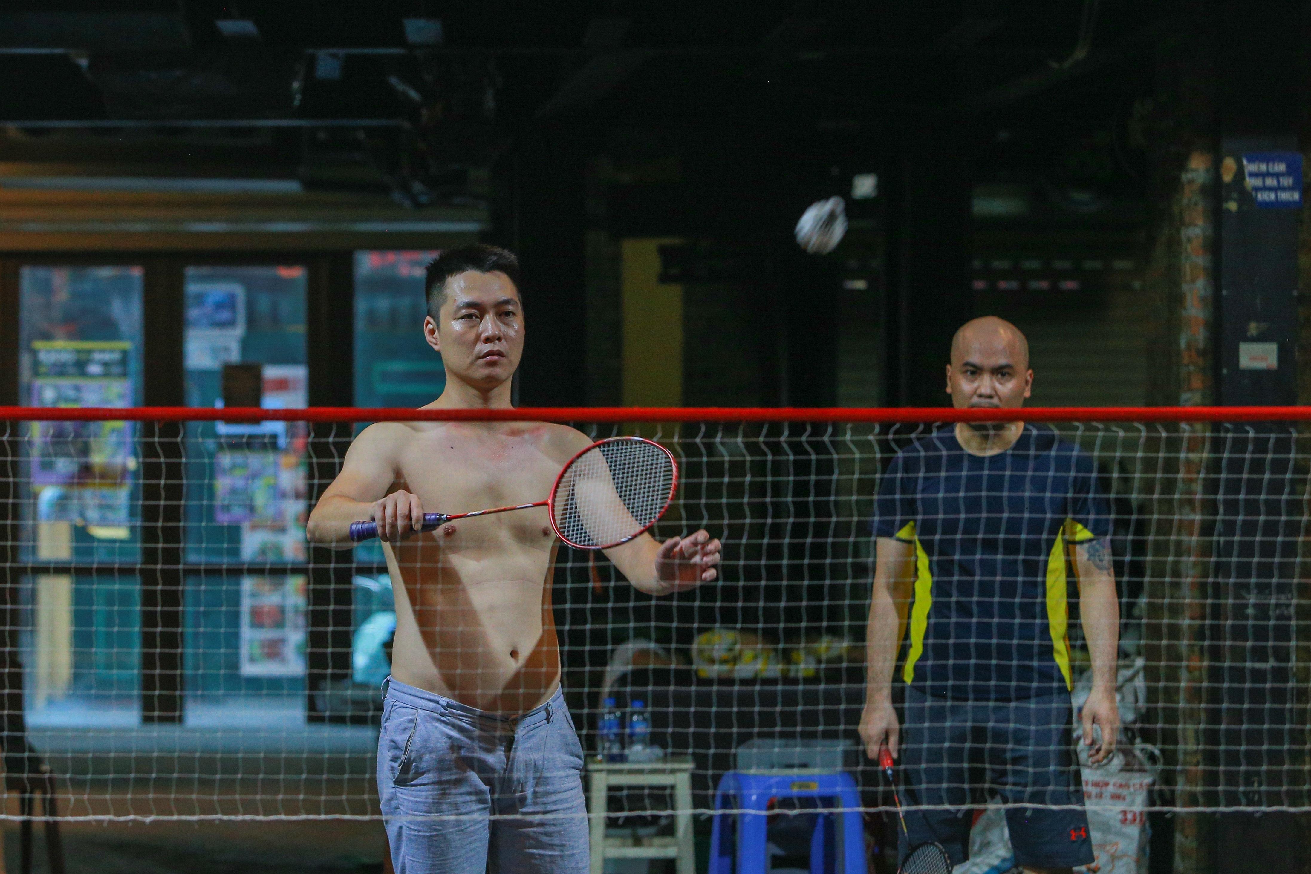 Đóng cửa vì dịch Covid-19, quán bar ở Hà Nội trở thành sân cầu lông - 3