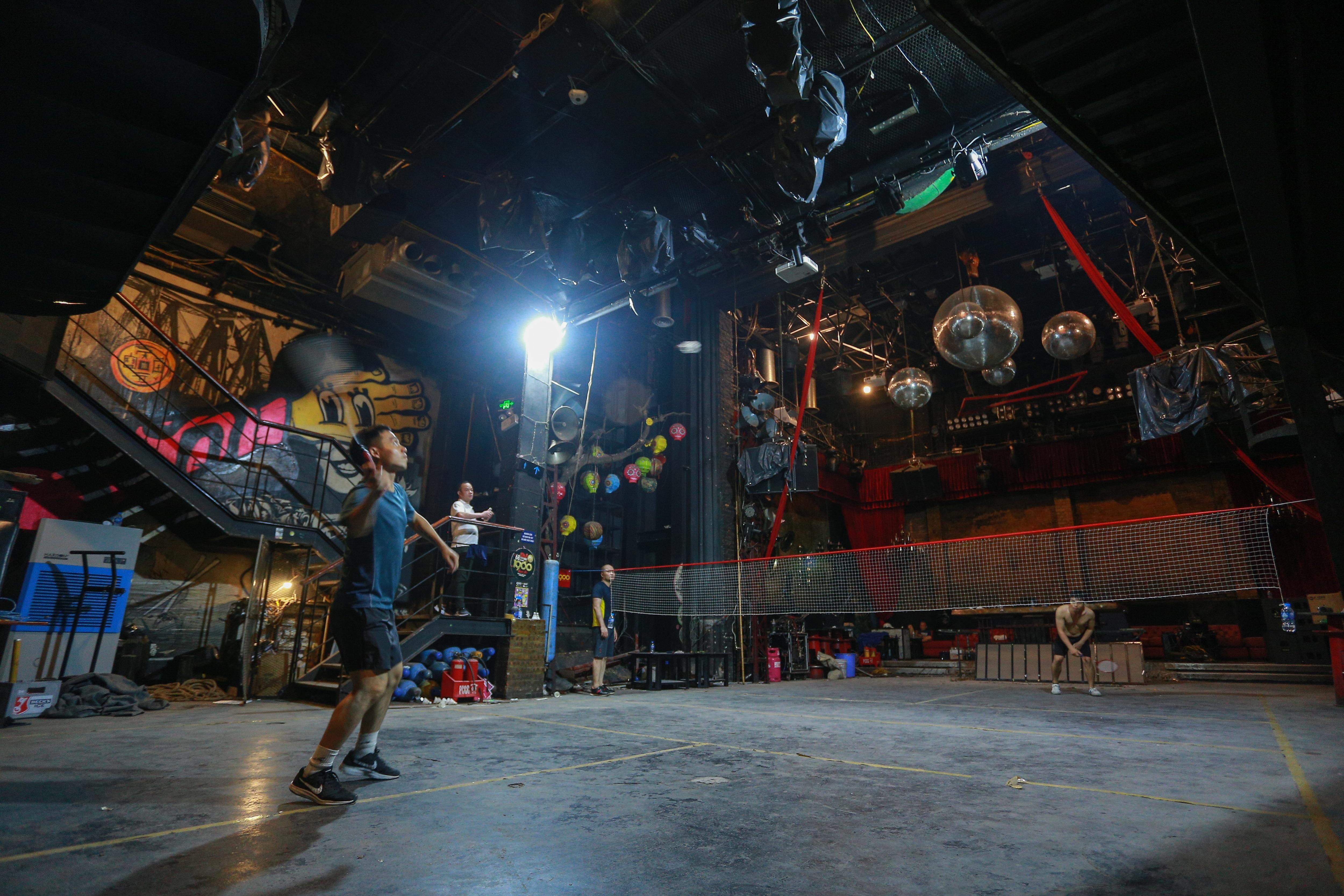 Đóng cửa vì dịch Covid-19, quán bar ở Hà Nội trở thành sân cầu lông - 4