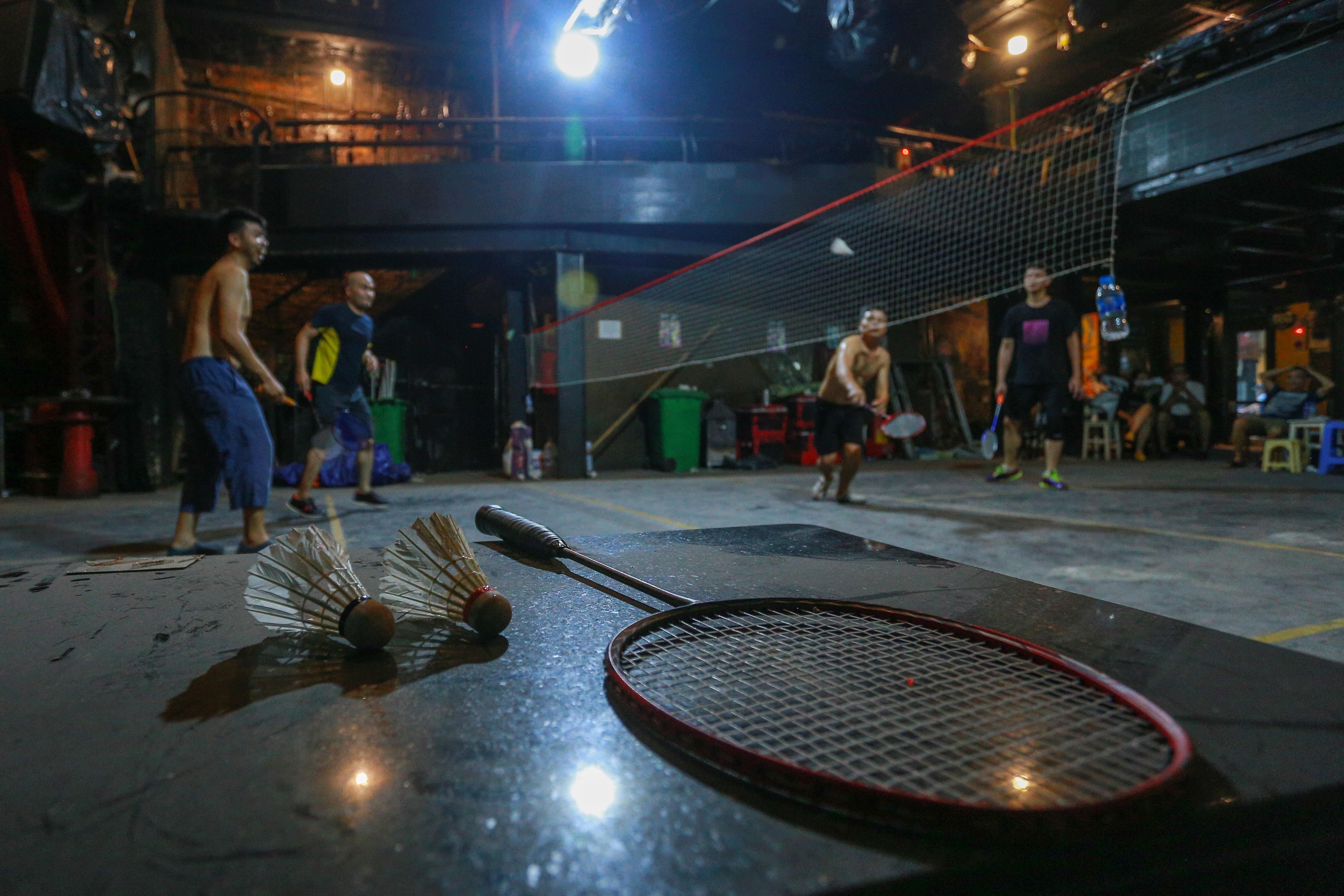 Đóng cửa vì dịch Covid-19, quán bar ở Hà Nội trở thành sân cầu lông - 9