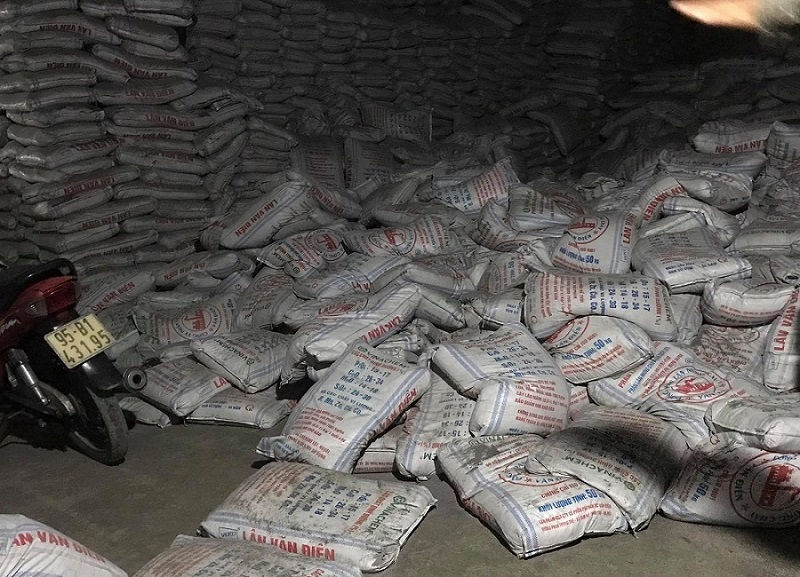 Hàng trăm bao phân đổ sập đè chết 2 công nhân ở Bình Dương
