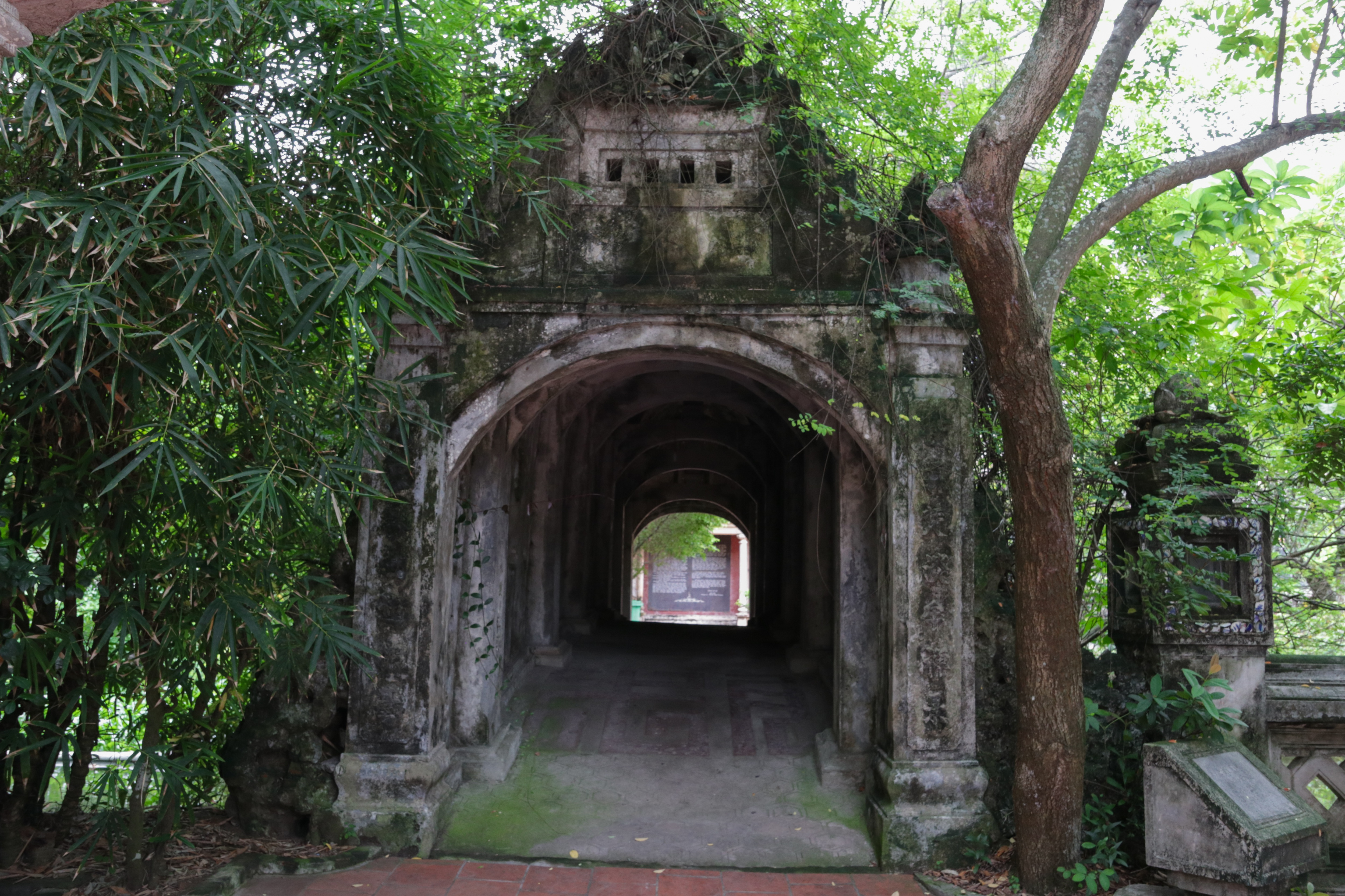 Sự kéo léo kết hợp giữa các yếu tố kiến trúc cổ truyền với kiến trúc Gô-tích của Gia-tô giáo đã làm nên nét khác biệt, độc đáo của ngôi chùa này.