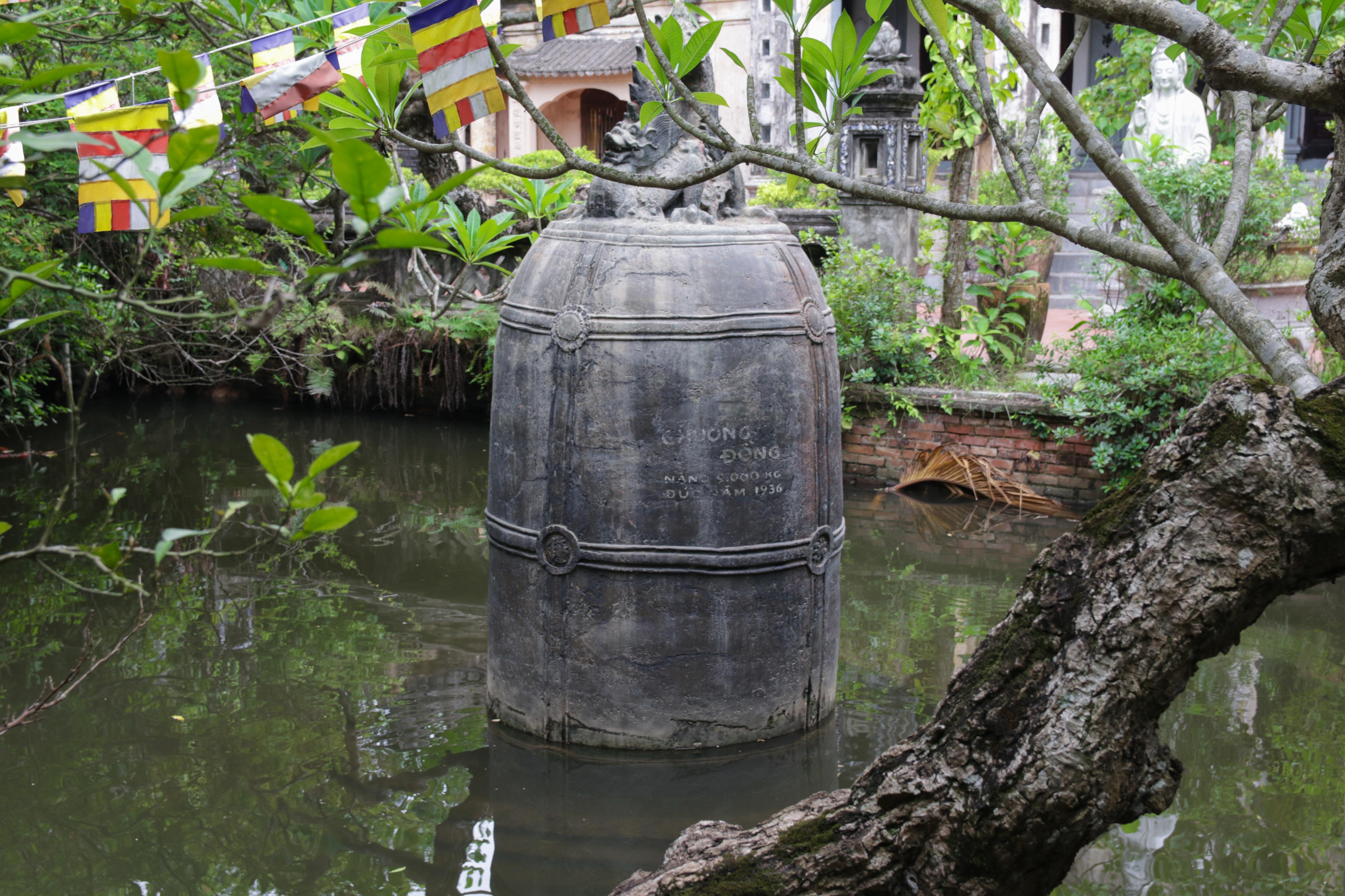 Khi quả chuông khổng lồ nặng 9.000kg vừa đúc xong thì kháng chiến bùng nổ, nhân dân trong vùng đề phòng sự phá hoại của giặc nên đã đem ngâm quả chuông xuống hồ.