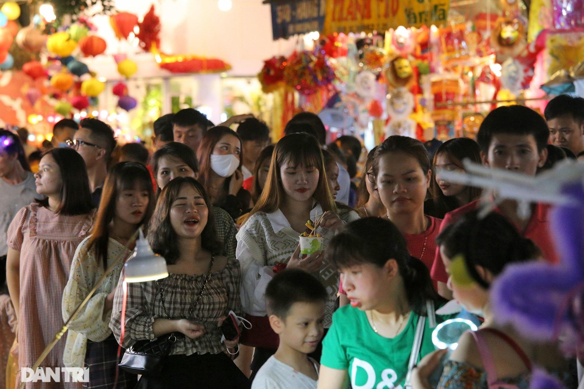 Đông nghịt người dân đổ về chợ trung thu phố cổ Hà Nội - 1