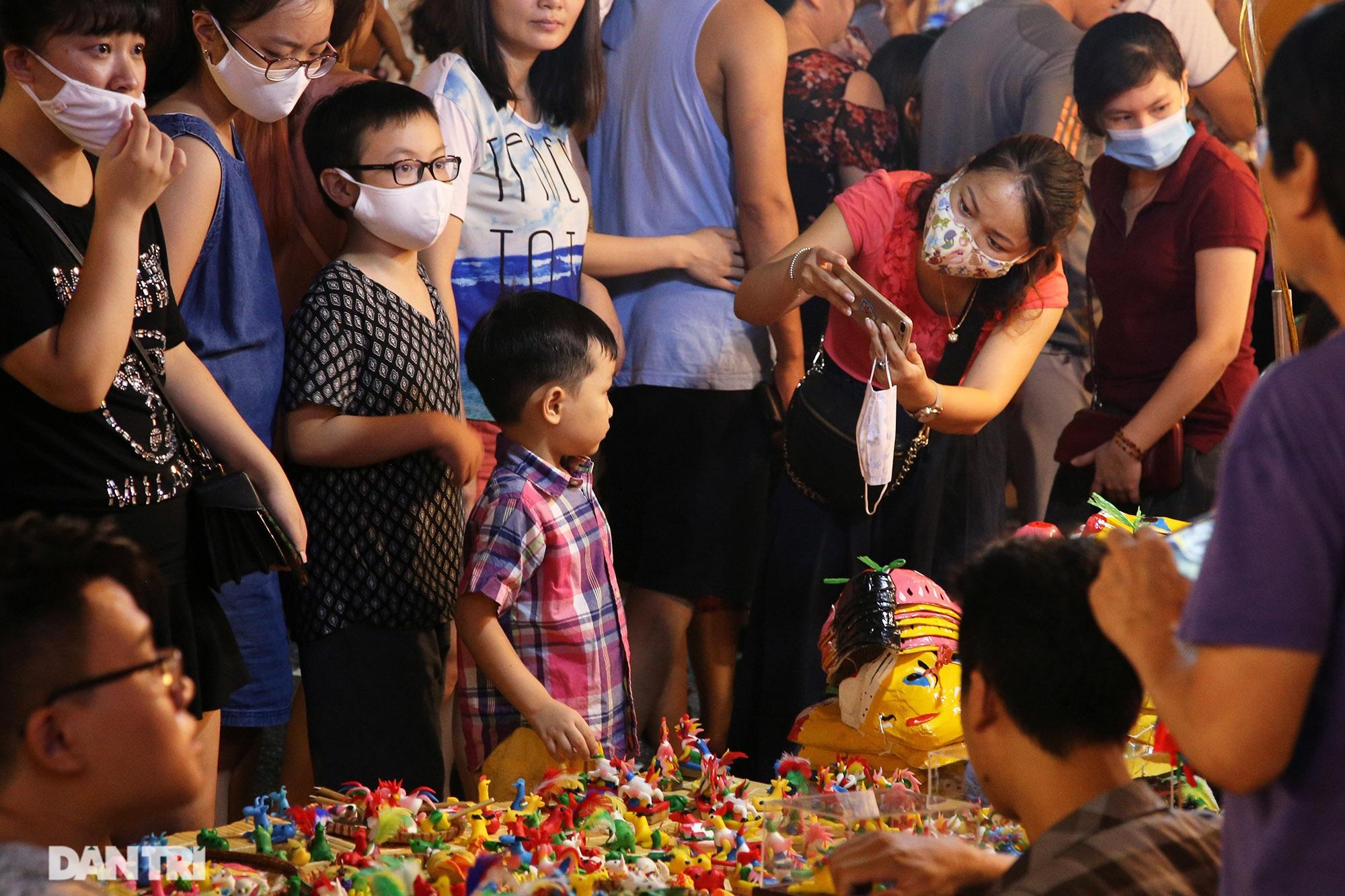 Đông nghịt người dân đổ về chợ trung thu phố cổ Hà Nội - 4