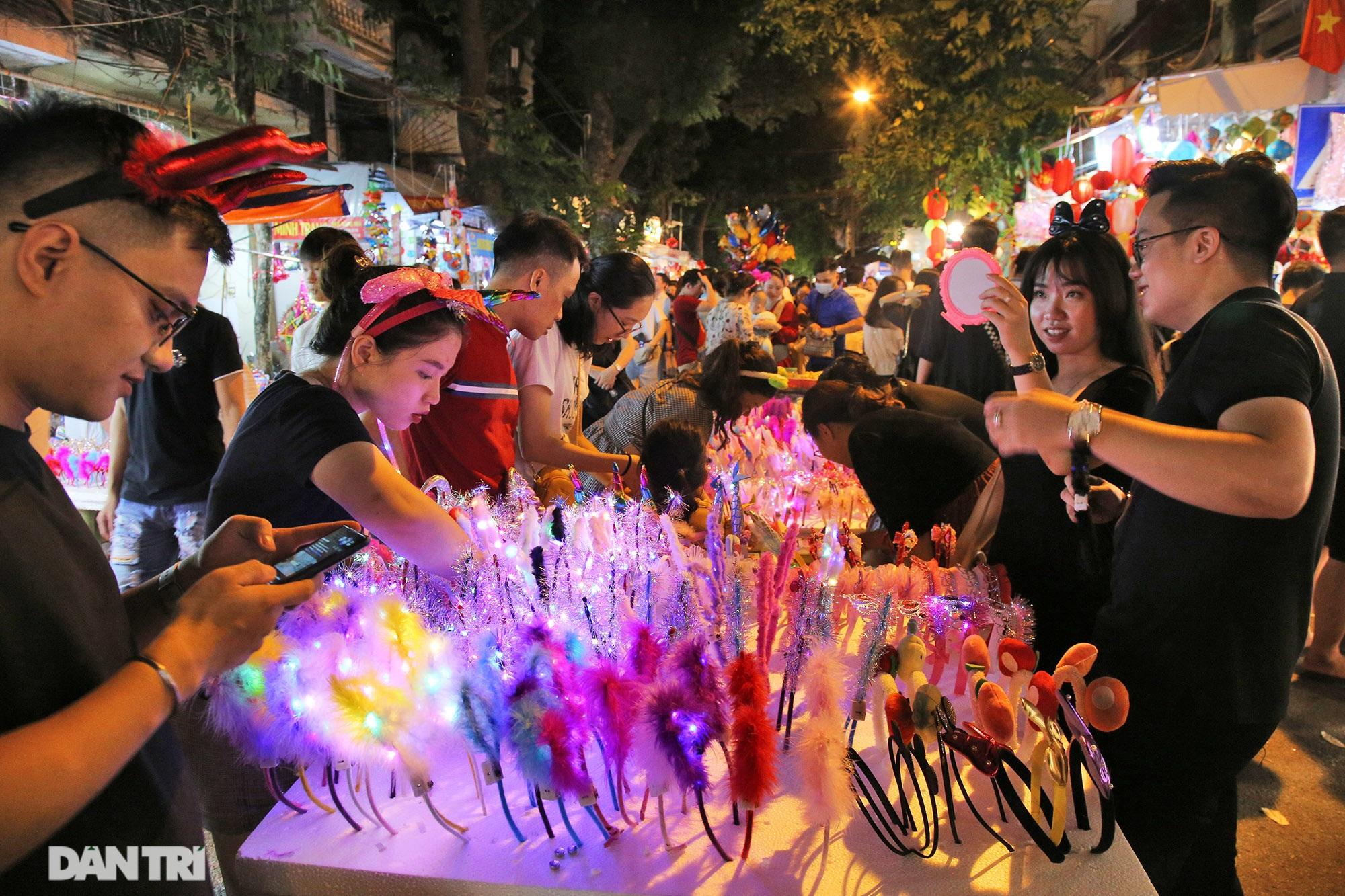 Đông nghịt người dân đổ về chợ trung thu phố cổ Hà Nội - 7