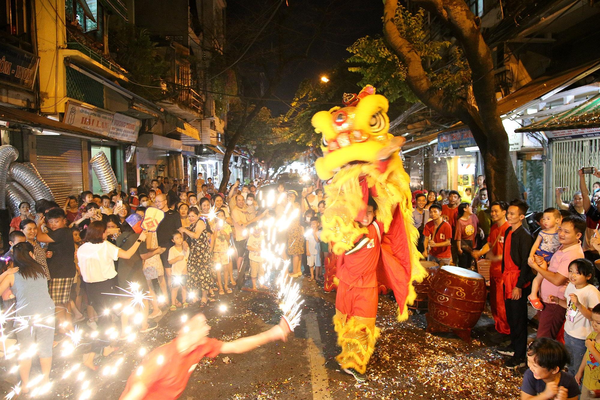 Sôi động đêm trung thu trên đường phố Hà Nội - 13