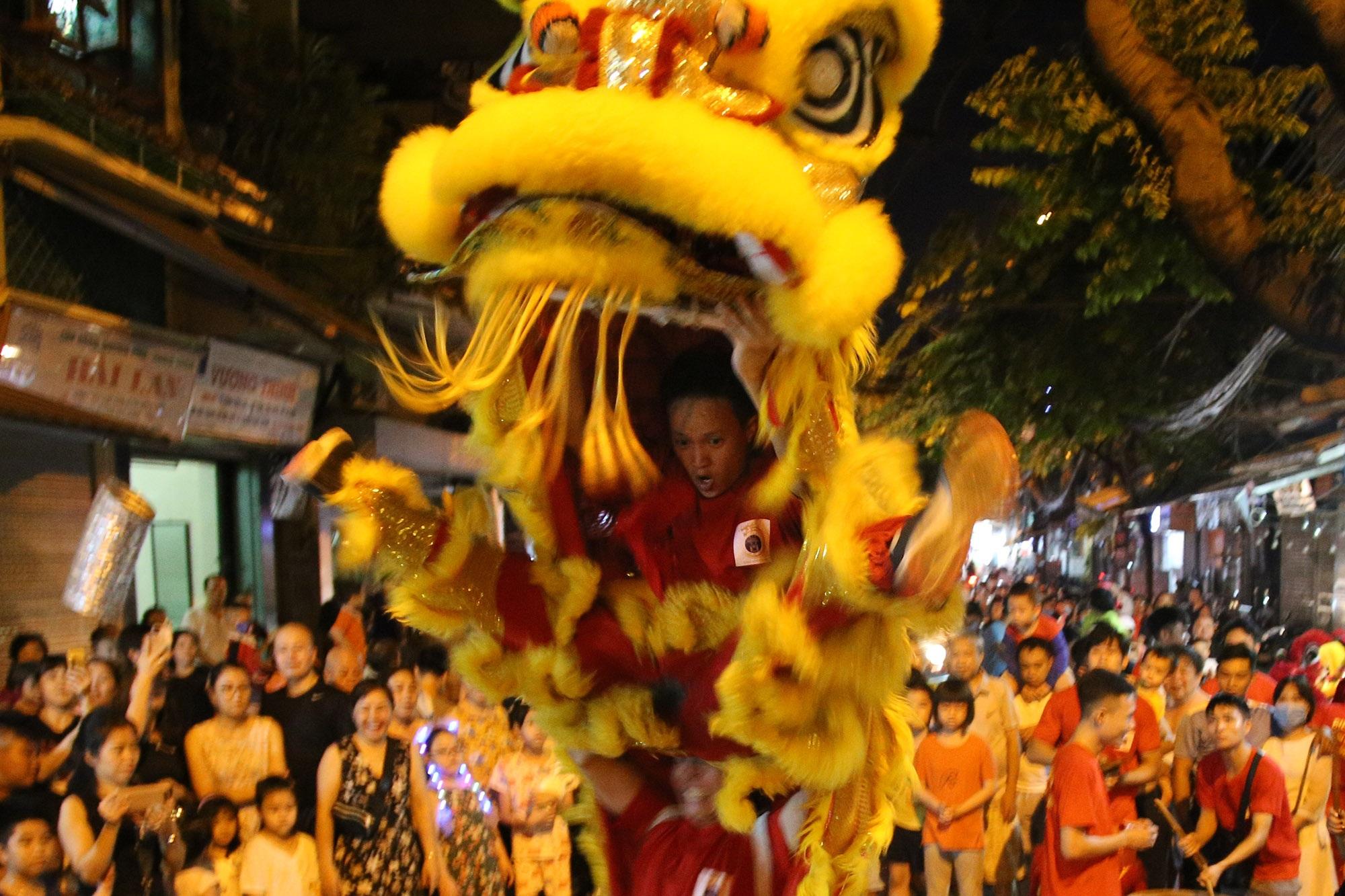 Sôi động đêm trung thu trên đường phố Hà Nội - 4