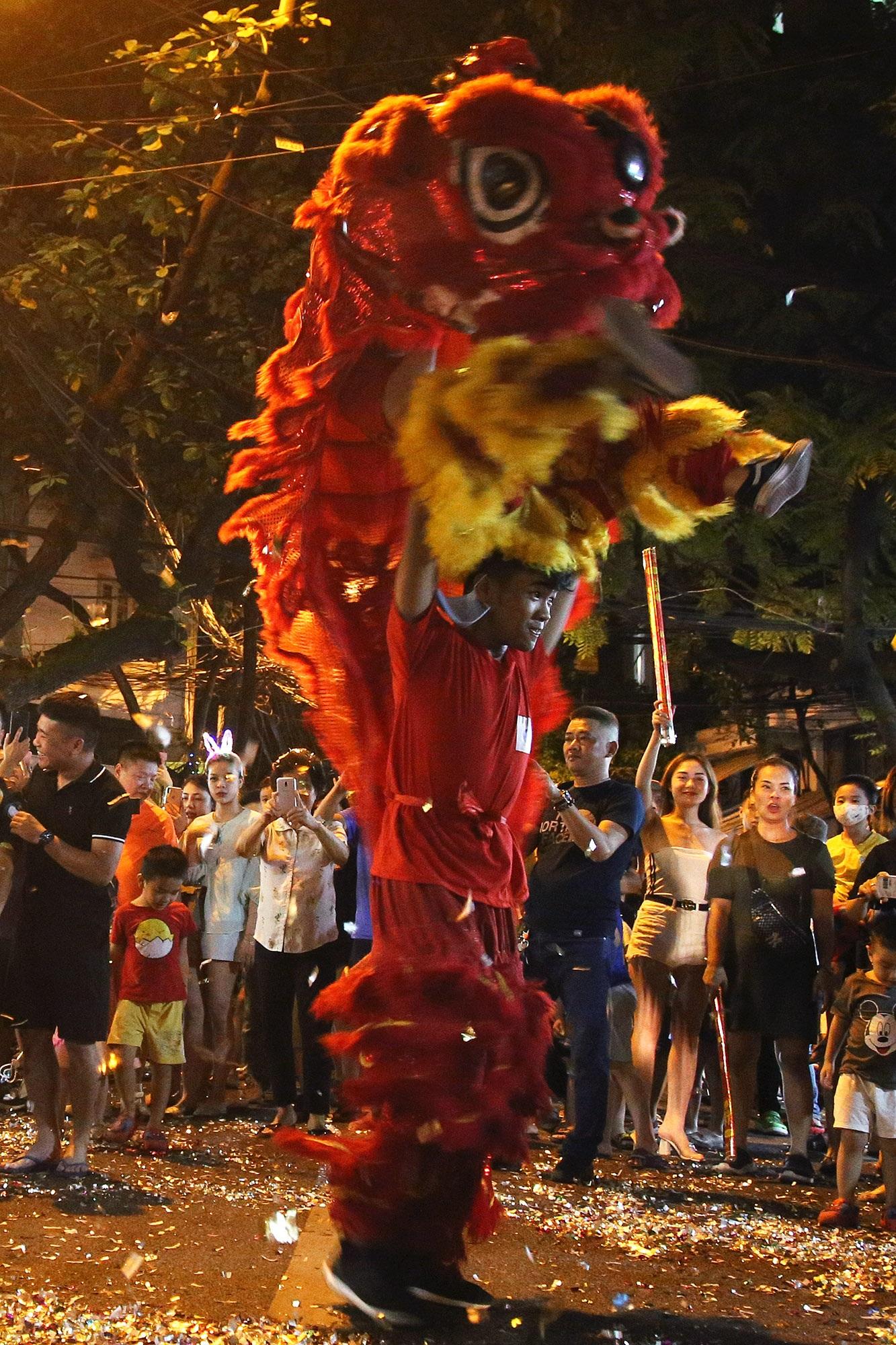 Sôi động đêm trung thu trên đường phố Hà Nội - 5