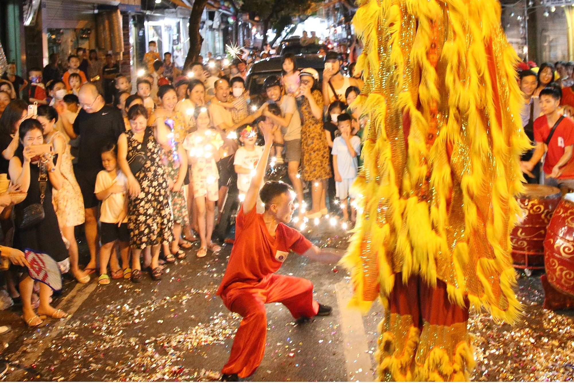 Sôi động đêm trung thu trên đường phố Hà Nội - 7
