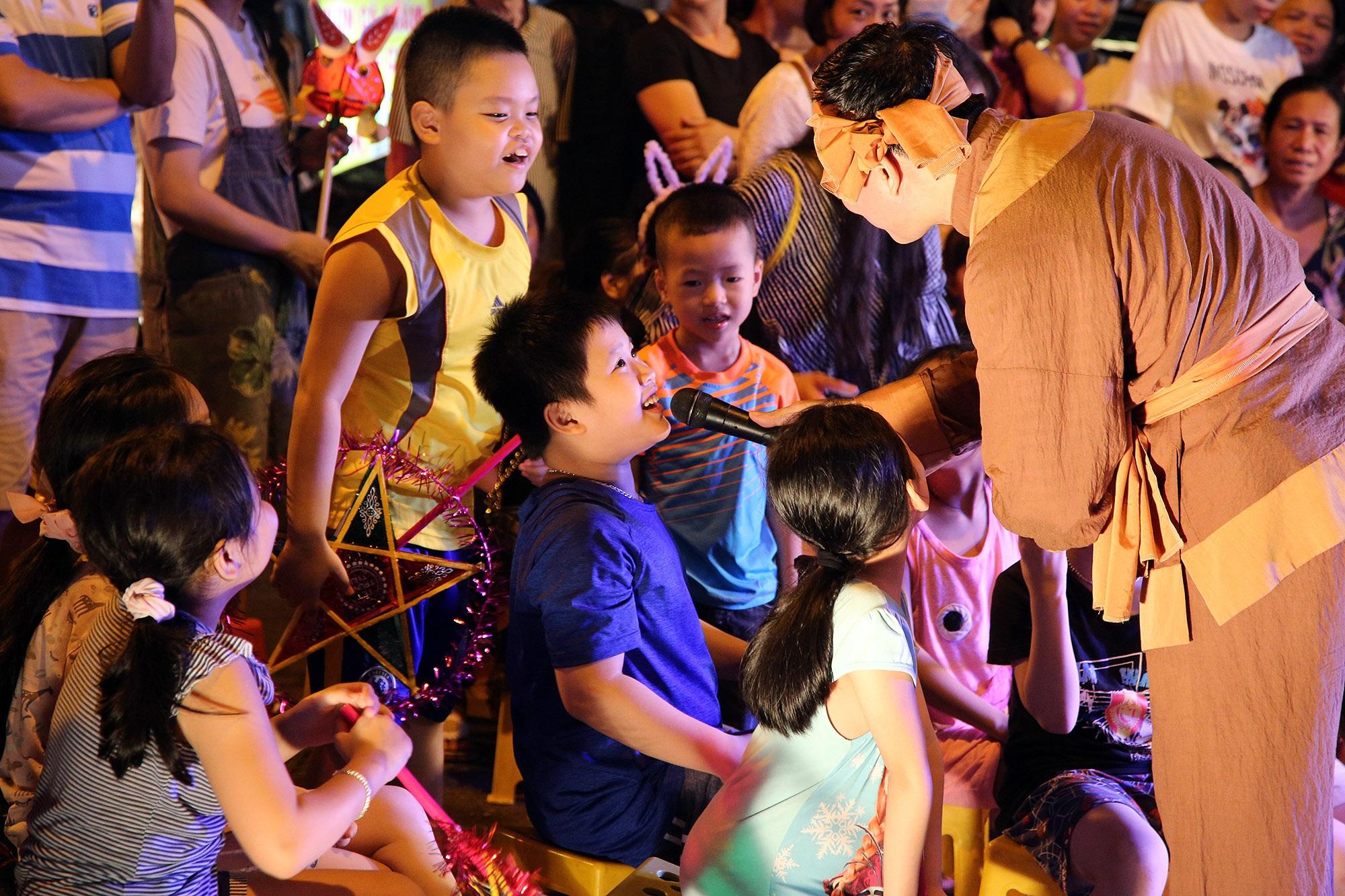 Sôi động đêm trung thu trên đường phố Hà Nội - 9