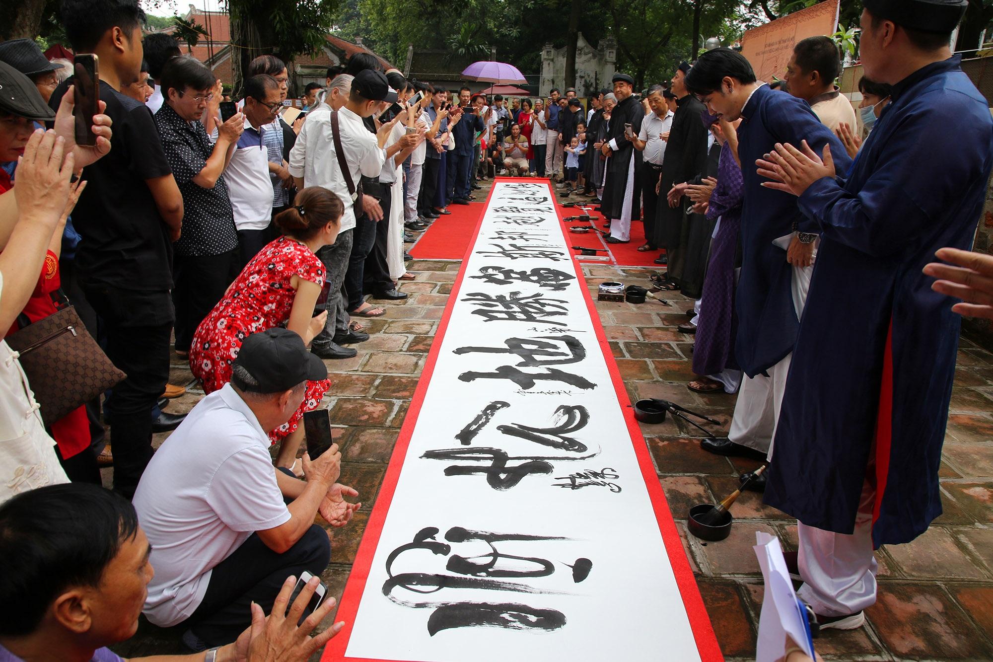 12 thư pháp gia dùng bút khổng lồ viết bức thư pháp dài 12 mét - 11