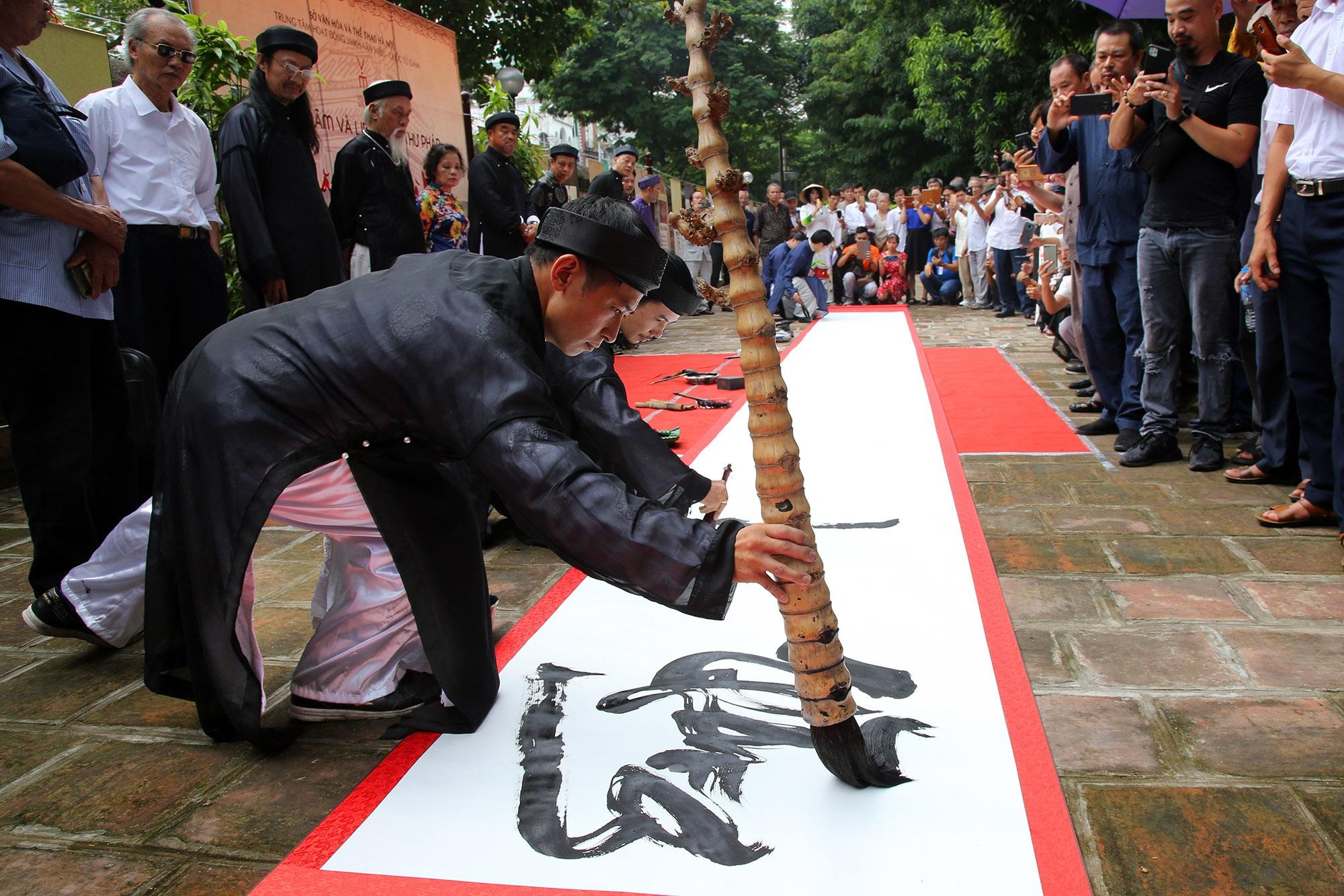 12 thư pháp gia dùng bút khổng lồ viết bức thư pháp dài 12 mét - 8