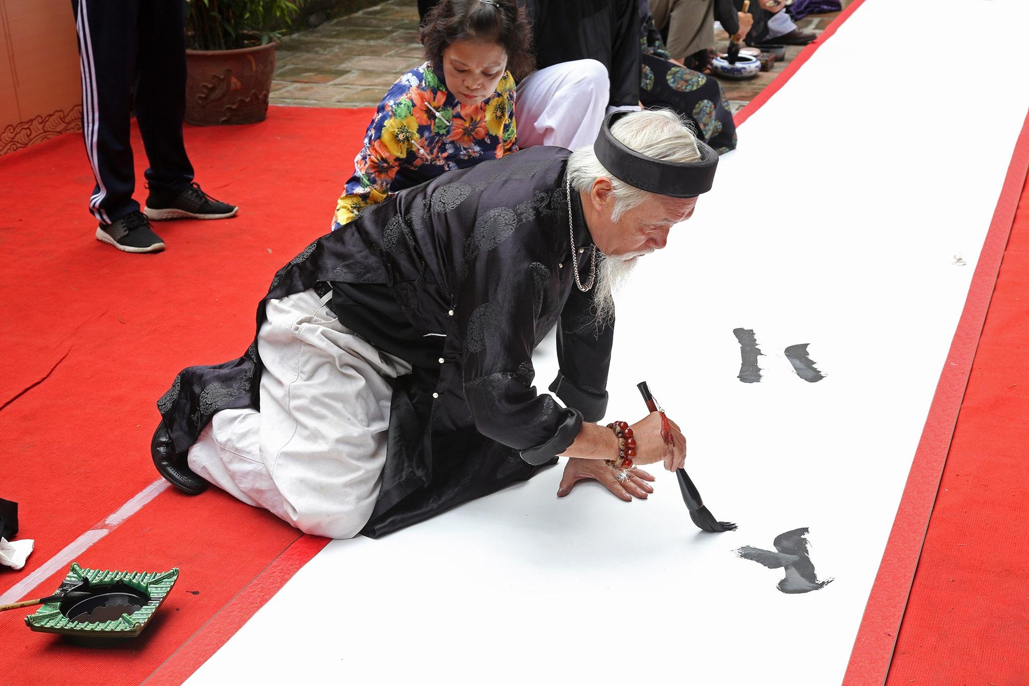 12 thư pháp gia dùng bút khổng lồ viết bức thư pháp dài 12 mét - 9