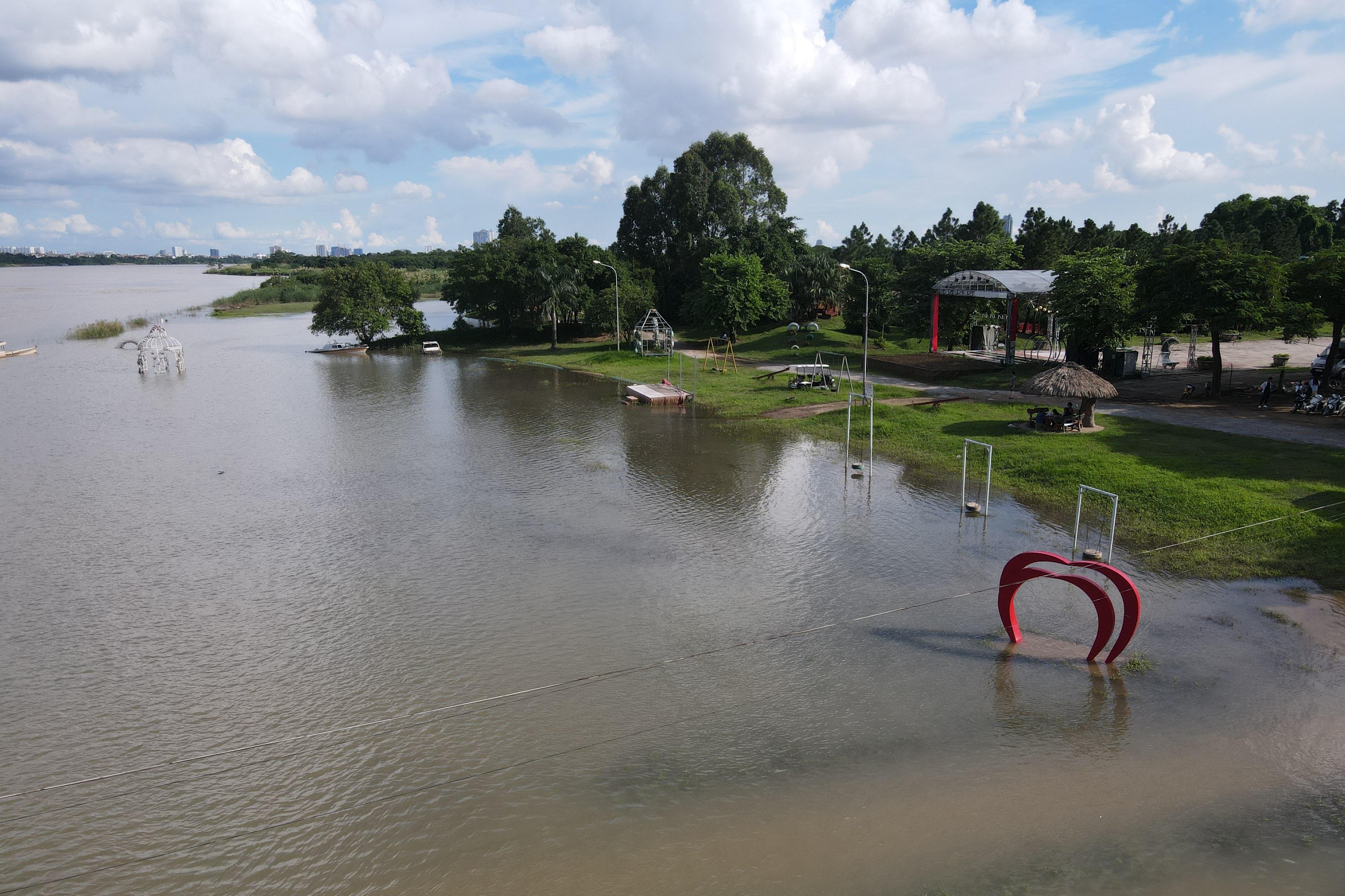 Cảnh hồ thủy điện xả lũ lớn, nước cuộn sóng nhấn chìm bãi giữa sông Hồng - 16