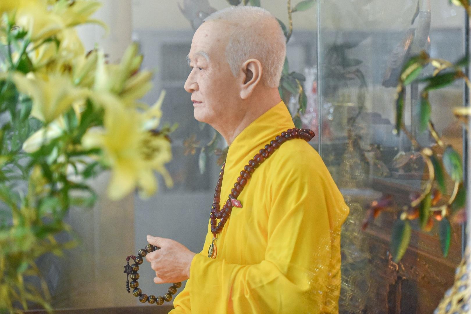 """Bức tượng giống """"người thật"""", từng bị đòi xem hộ chiếu ở ngôi chùa 600 tuổi - 17"""