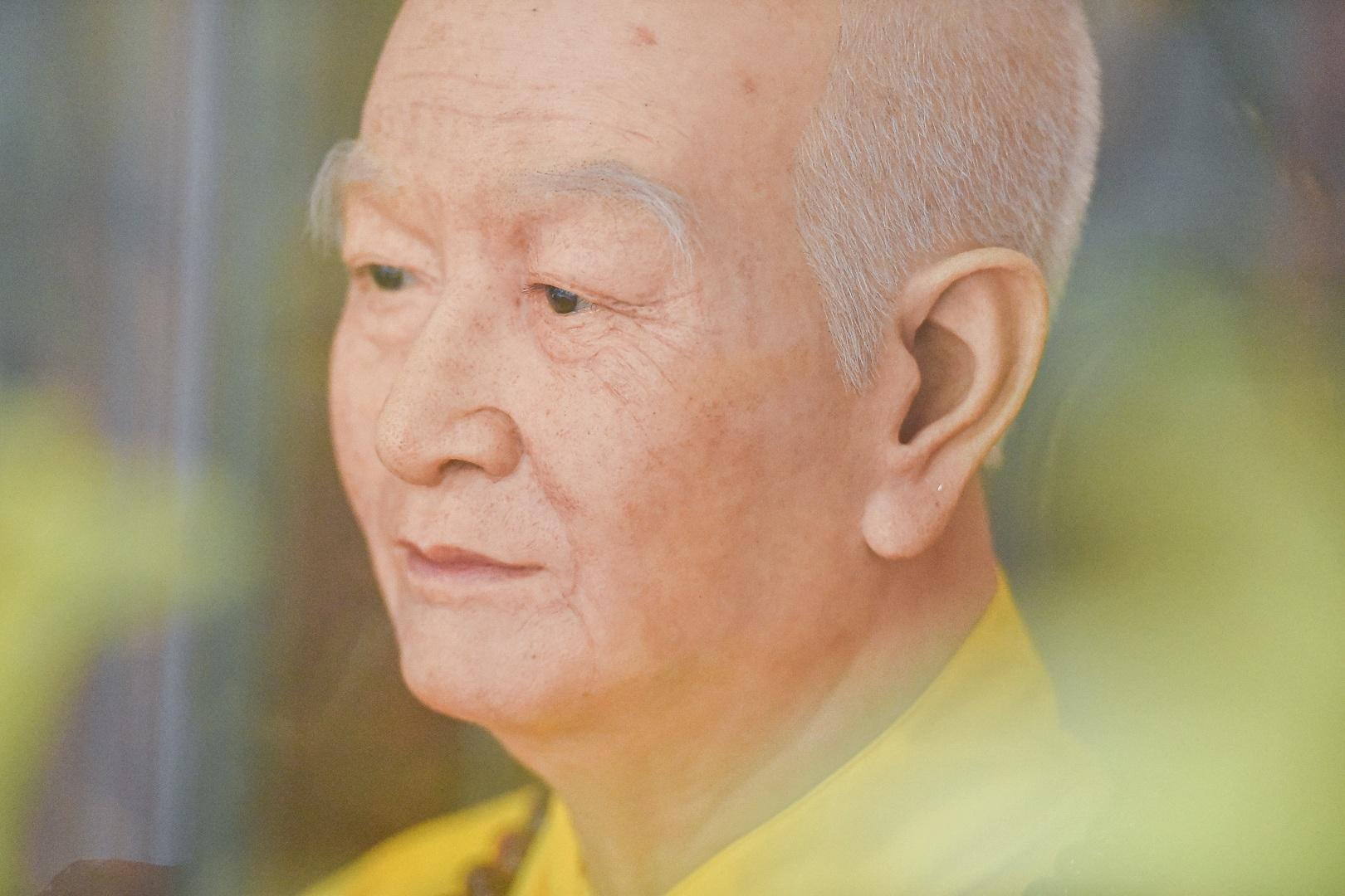 """Bức tượng giống """"người thật"""", từng bị đòi xem hộ chiếu ở ngôi chùa 600 tuổi - 11"""