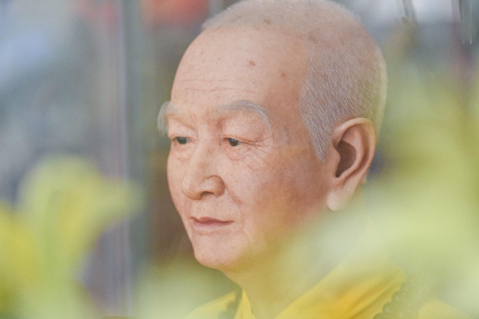 """Bức tượng giống """"người thật"""", từng bị đòi xem hộ chiếu ở ngôi chùa 600 tuổi - 15"""