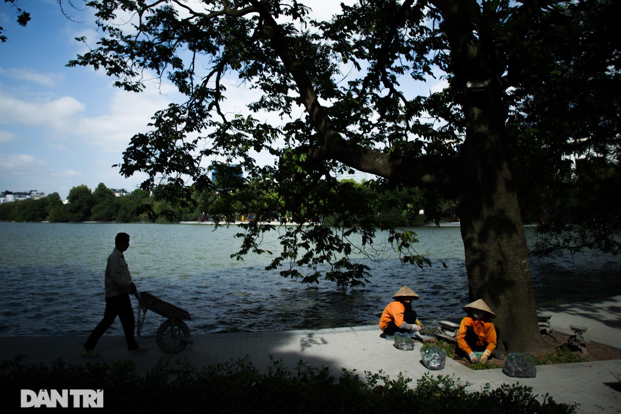 Hồ Gươm những ngày nắng thu đẹp đến nao lòng - 1