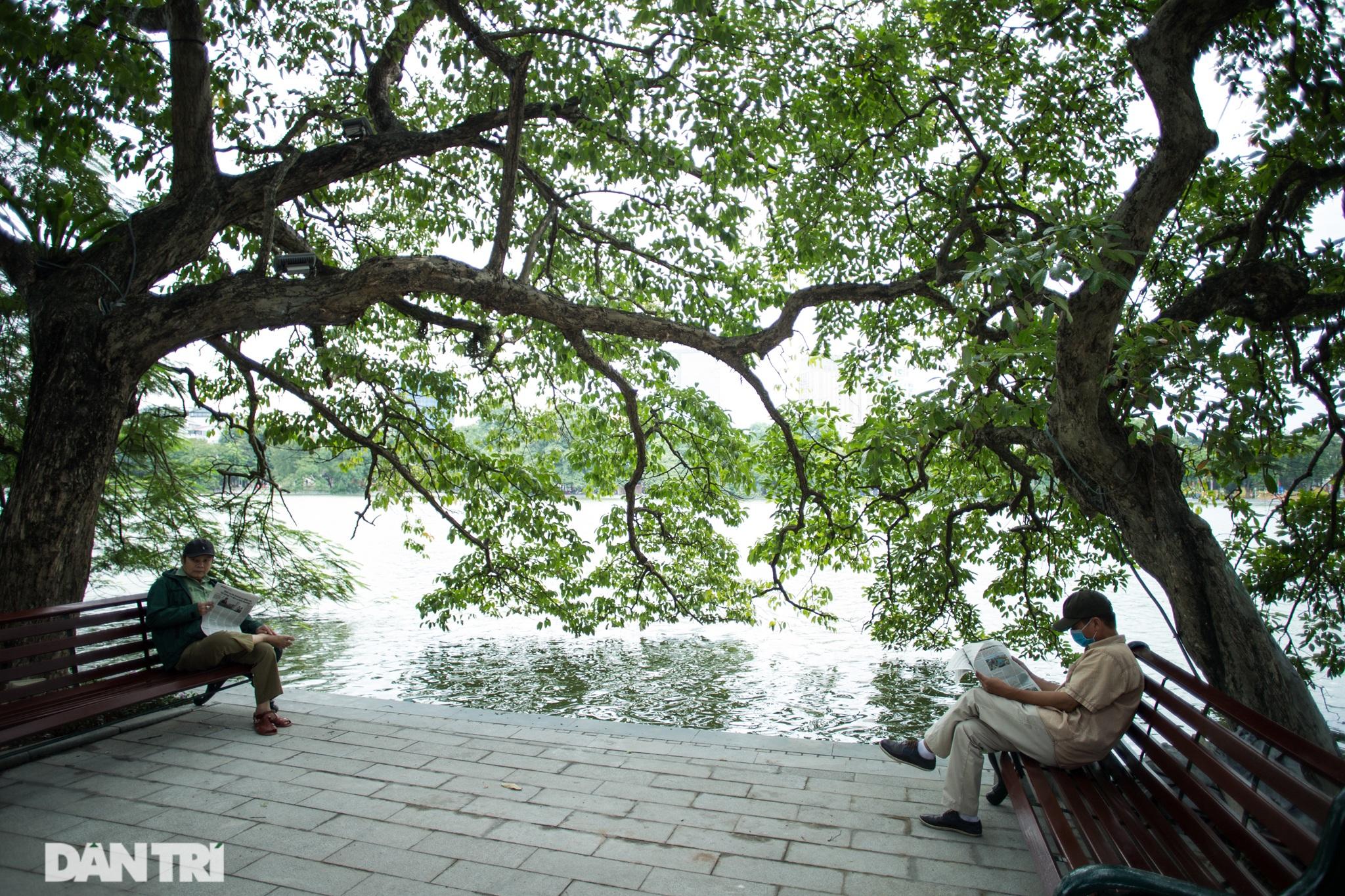 Hồ Gươm những ngày nắng thu đẹp đến nao lòng - 10