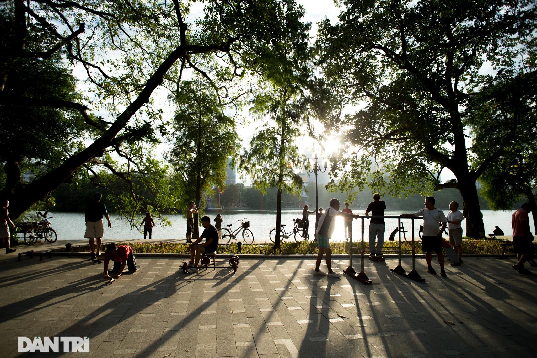 Hồ Gươm những ngày nắng thu đẹp đến nao lòng - 5