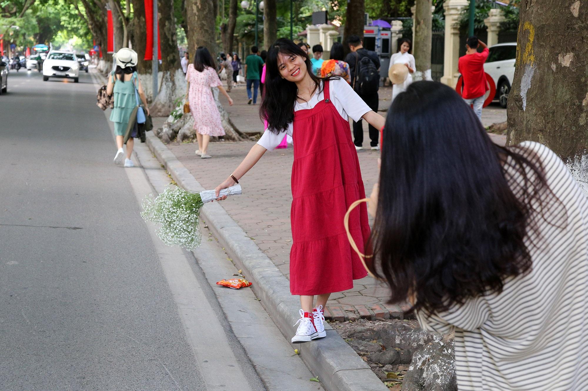 Trời thu quyến rũ, nườm nượp người đổ về con đường nhiều cây nhất Hà Nội - 10