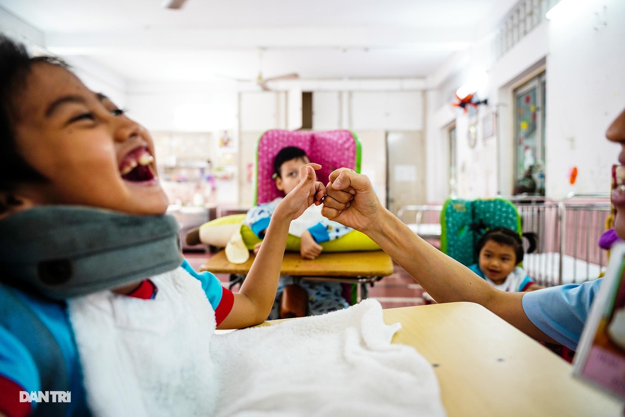 Người thầy 25 năm chăm lo trẻ khuyết tật - 4