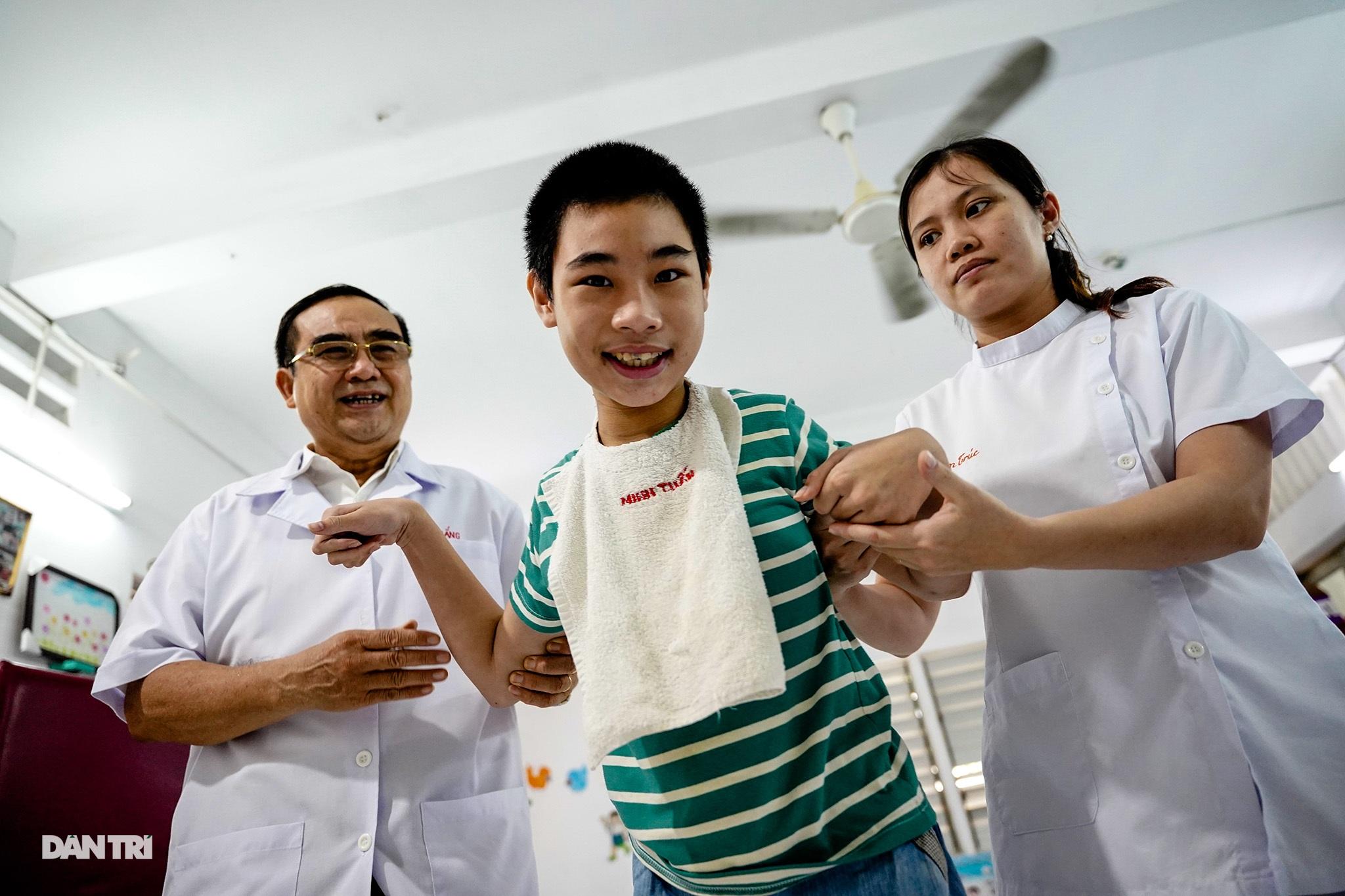 Người thầy 25 năm chăm lo trẻ khuyết tật - 6