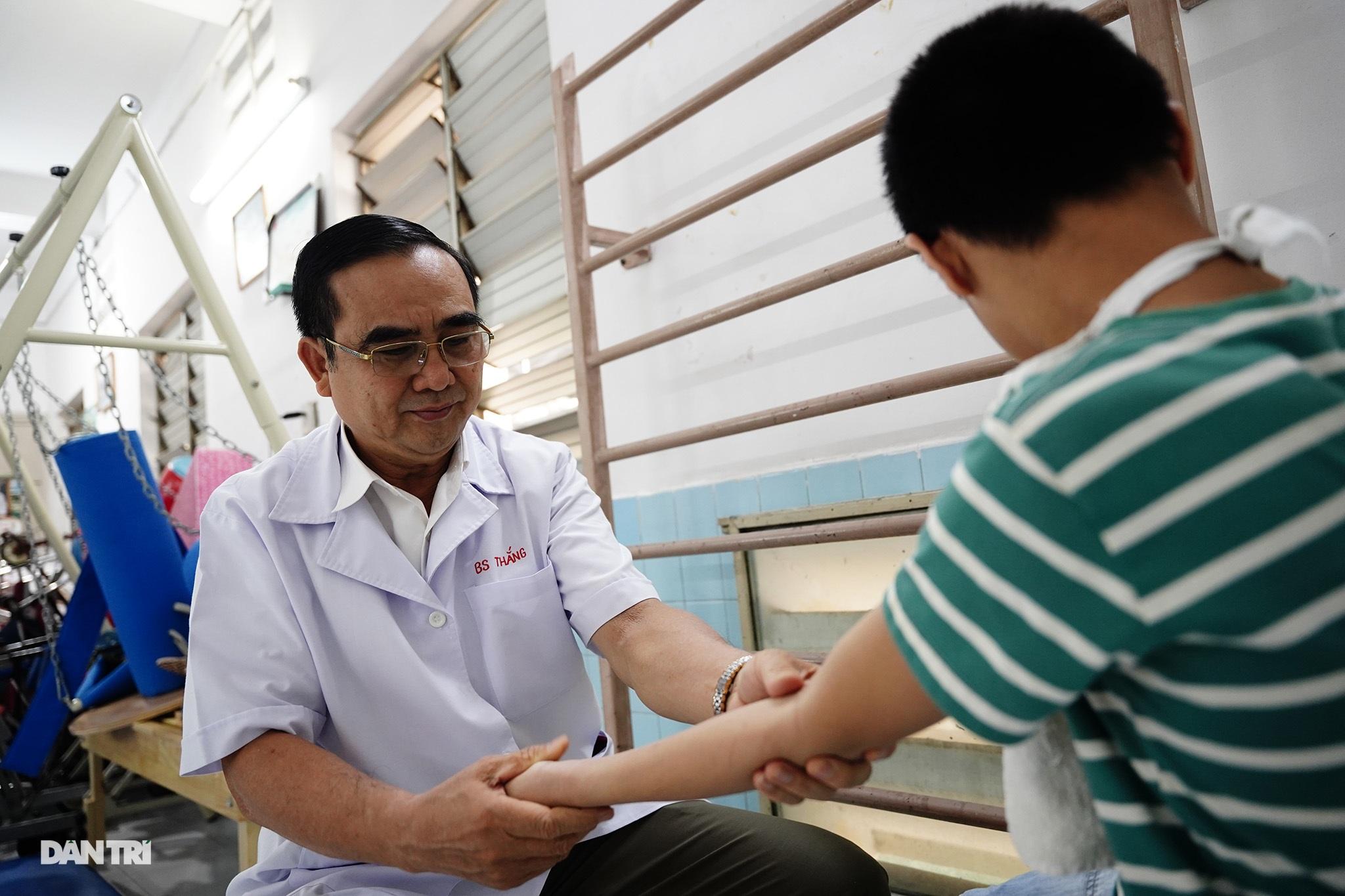Người thầy 25 năm chăm lo trẻ khuyết tật - 7