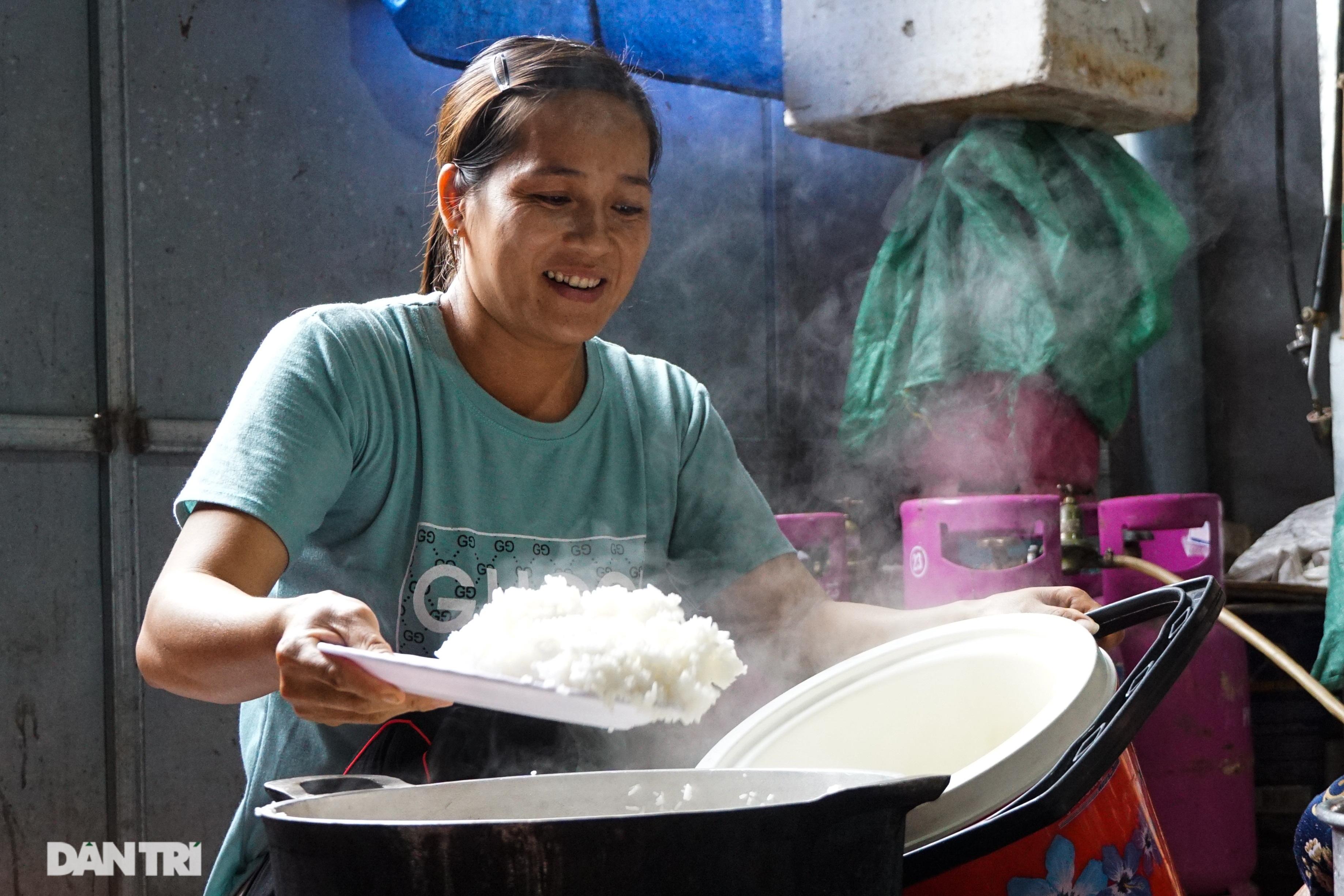 Người dân tự nguyện nấu hàng trăm suất cơm tiếp tế đội cứu hộ Rào Trăng 3 - 3
