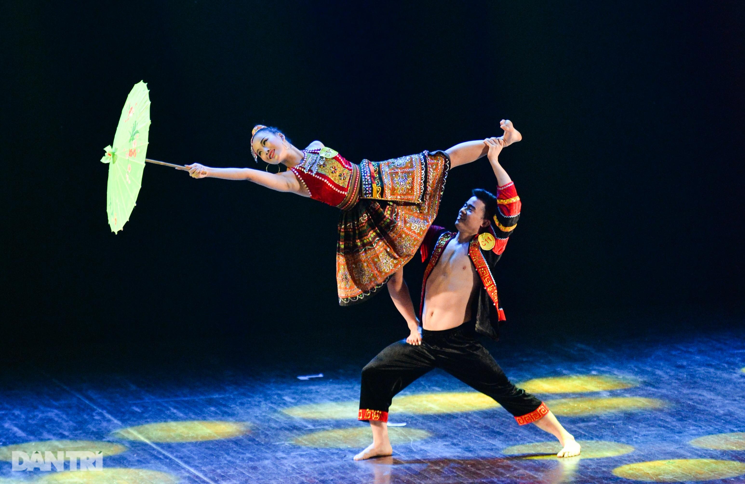 """""""Súy Vân"""", """"Hề chèo"""" thu hút người xem đêm diễn Tài năng múa - 35"""