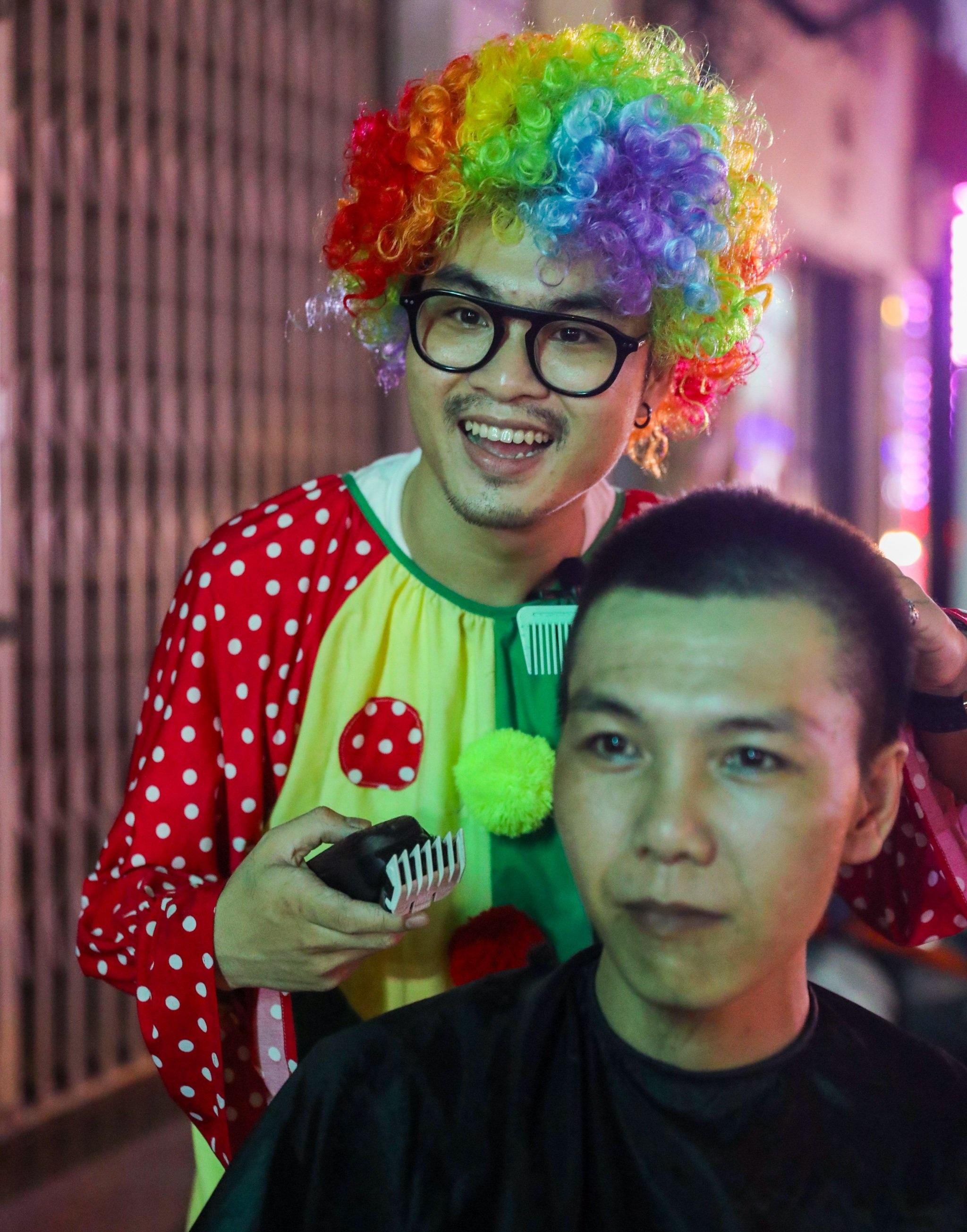 Chàng trai hóa thân thành chú hề đi hớt tóc cho người vô gia cư - 6