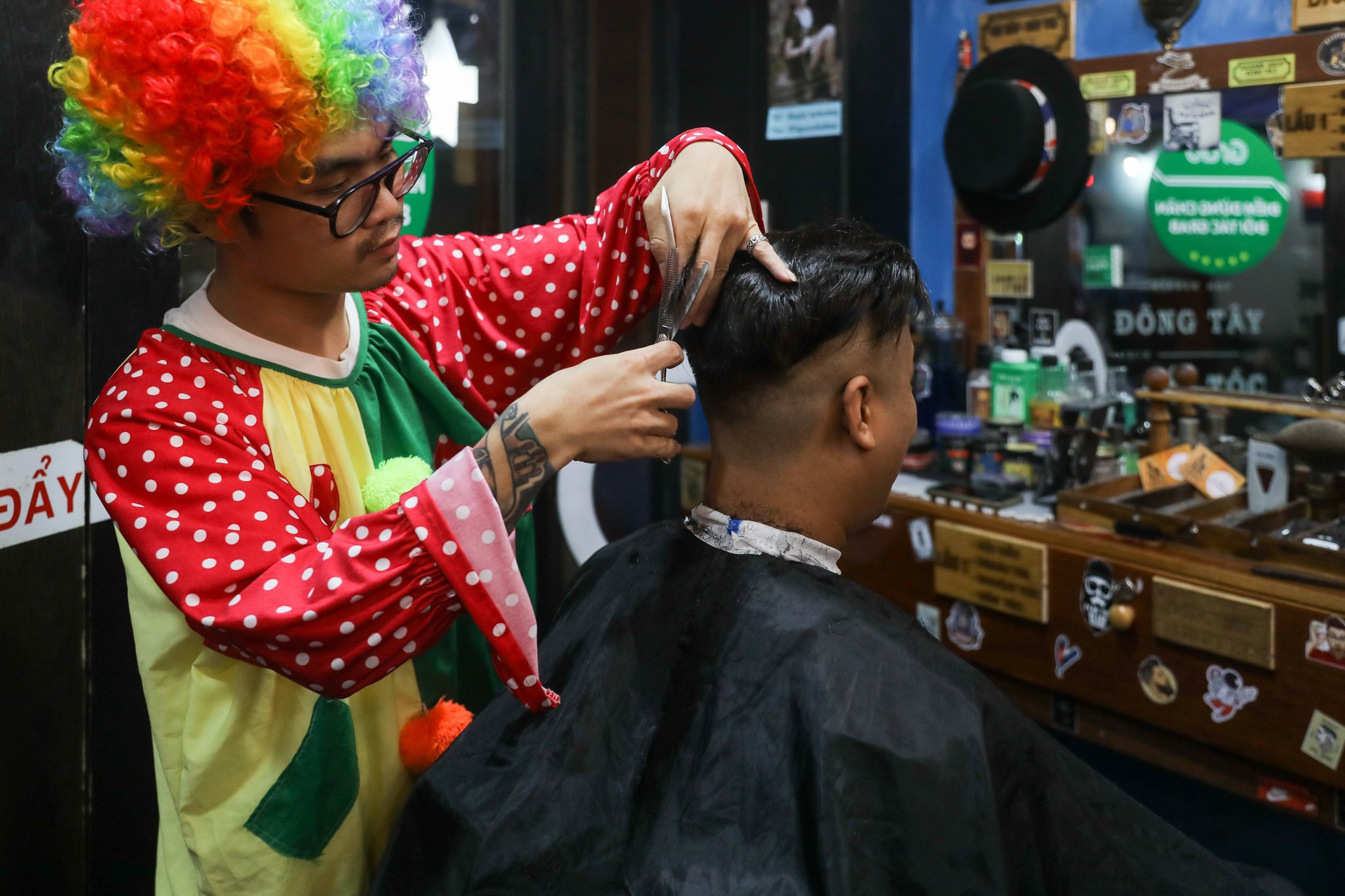 Chàng trai hóa thân thành chú hề đi hớt tóc cho người vô gia cư - 1