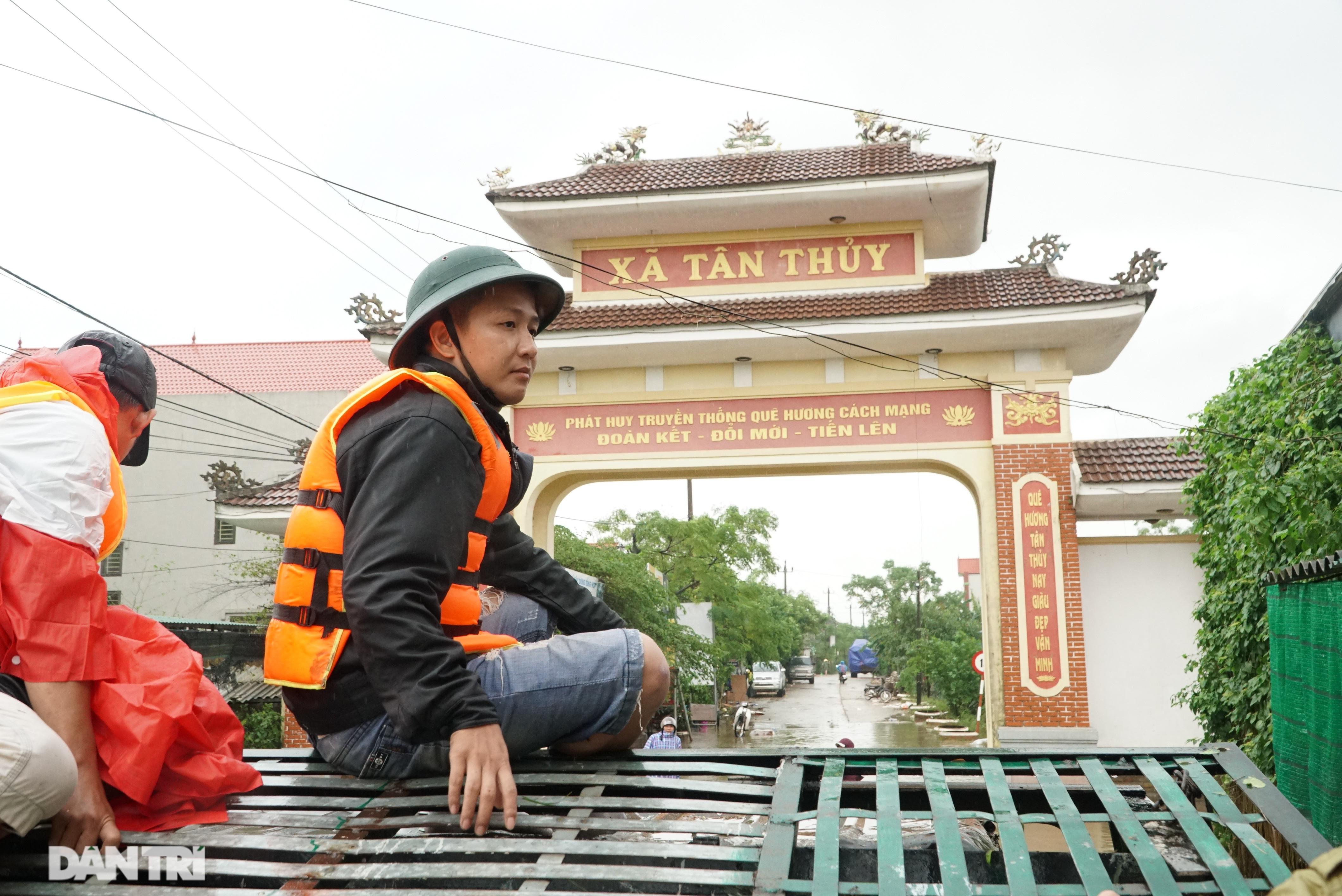 Quảng Bình: Người dân khóc ròng vì gia sản trôi theo dòng lũ dữ - 3