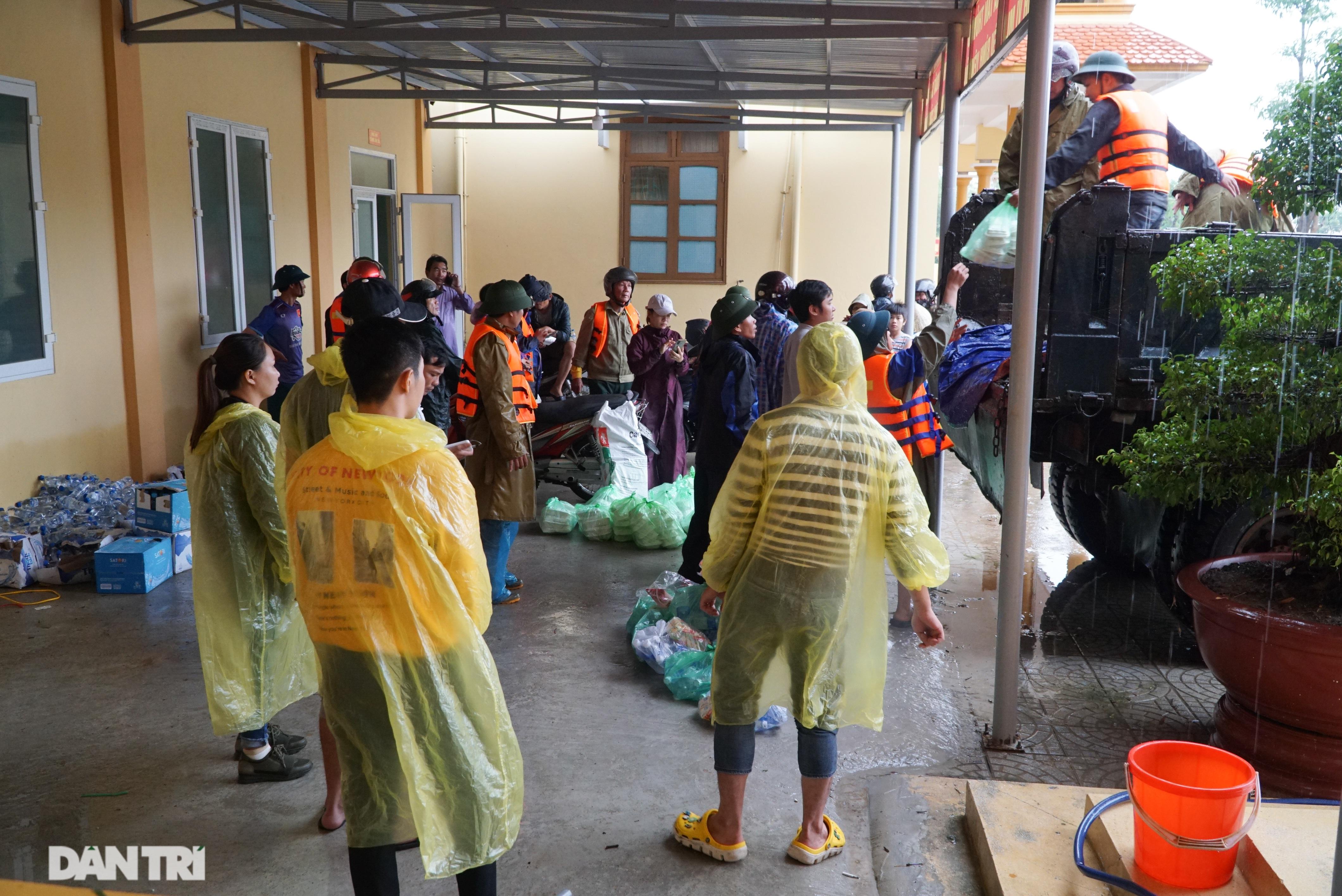 Quảng Bình: Người dân khóc ròng vì gia sản trôi theo dòng lũ dữ - 6