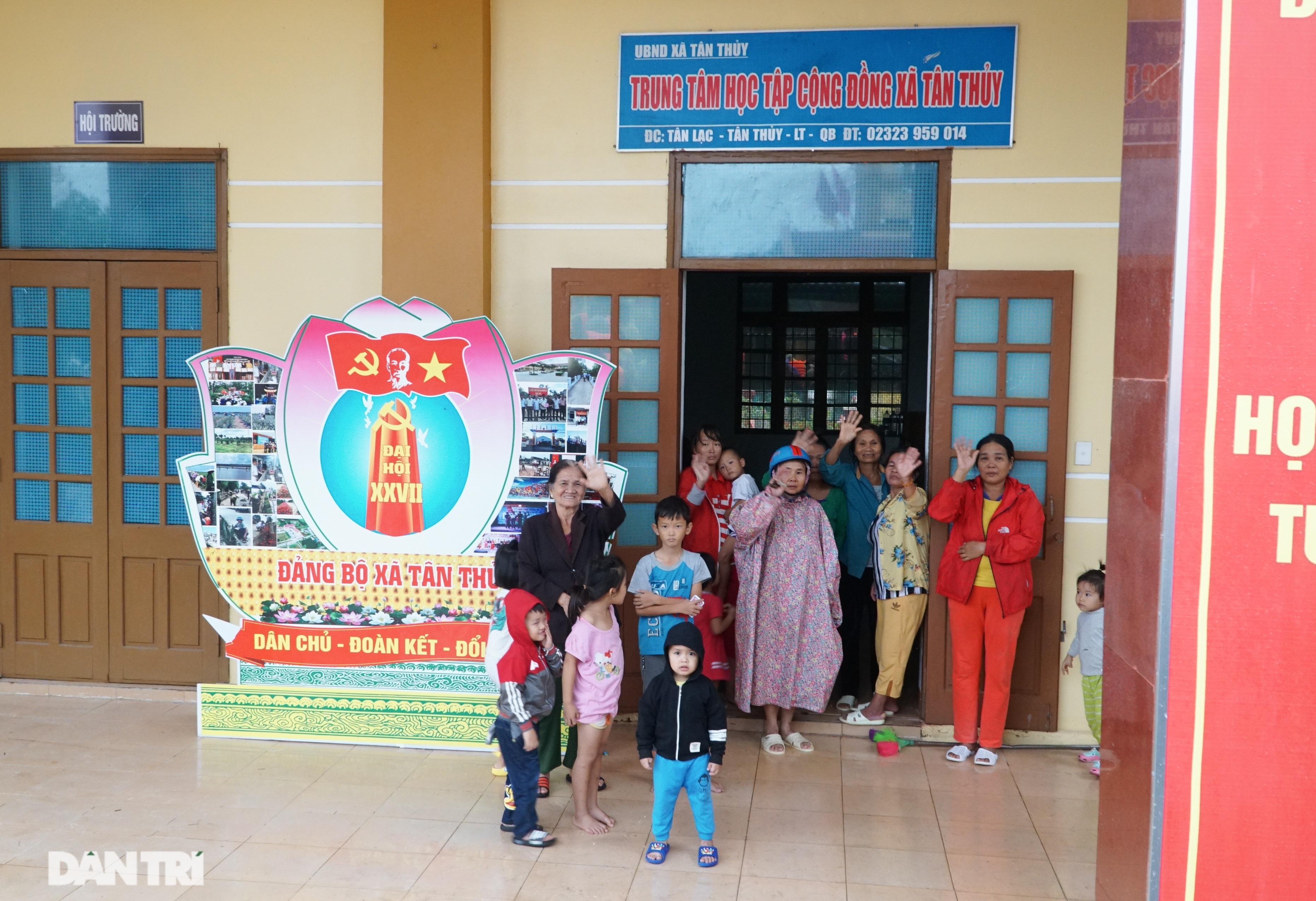 Quảng Bình: Người dân khóc ròng vì gia sản trôi theo dòng lũ dữ - 13