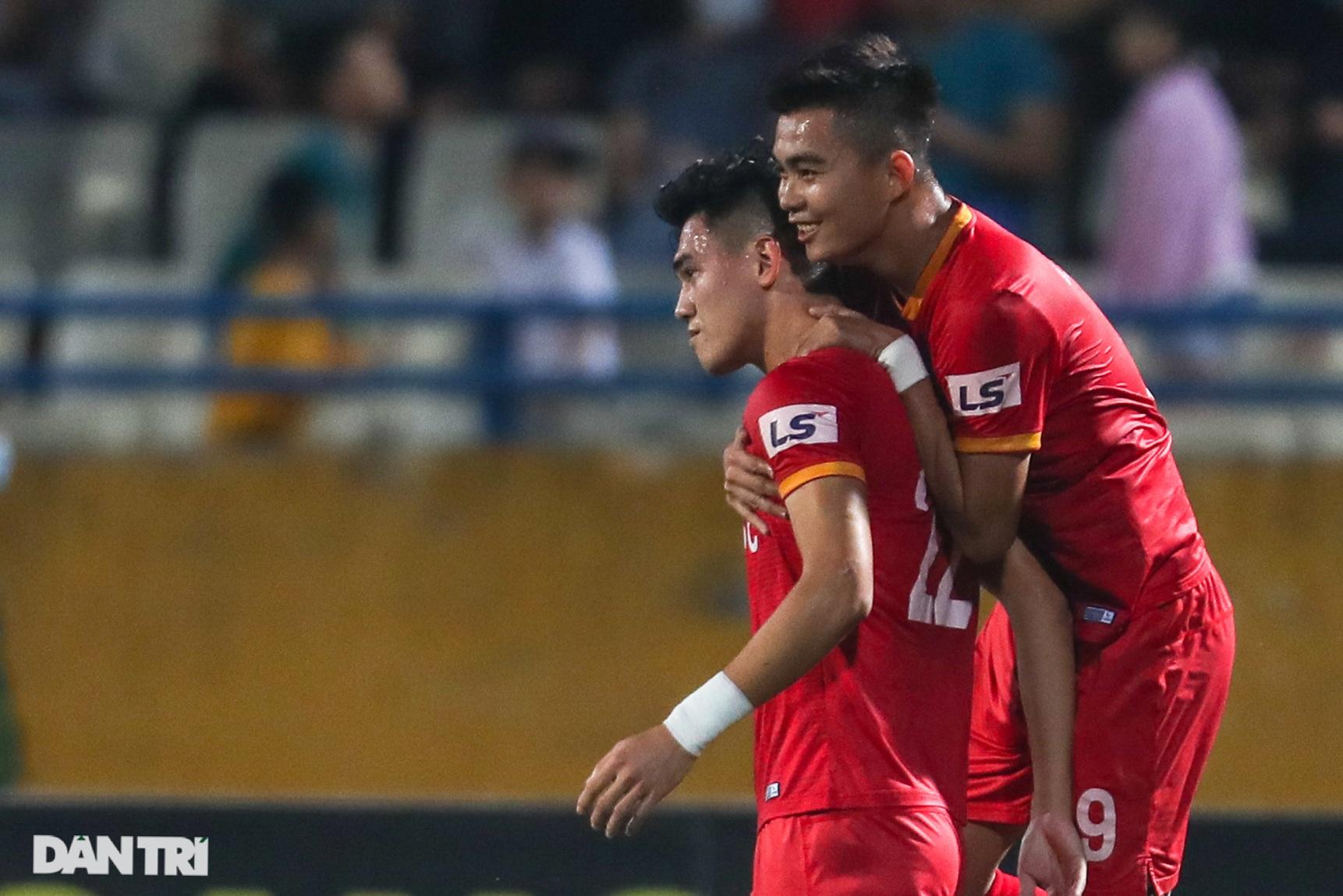 Lập công ở phút 90, Quang Hải đưa CLB Hà Nội lên ngôi đầu V-League - 2