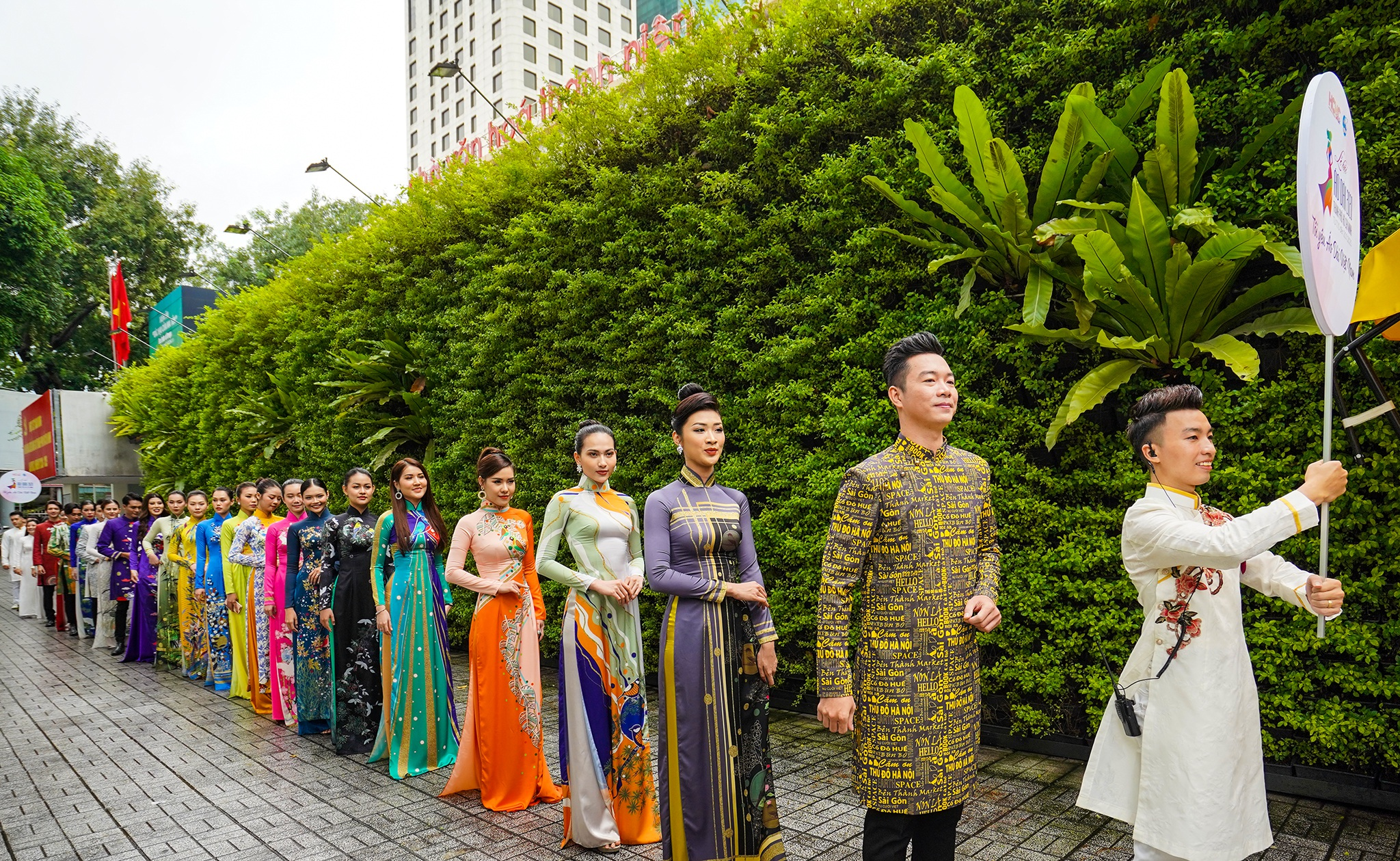 Streets, tourist attractions ... in Ho Chi Minh City turned into ao dai runway - 1