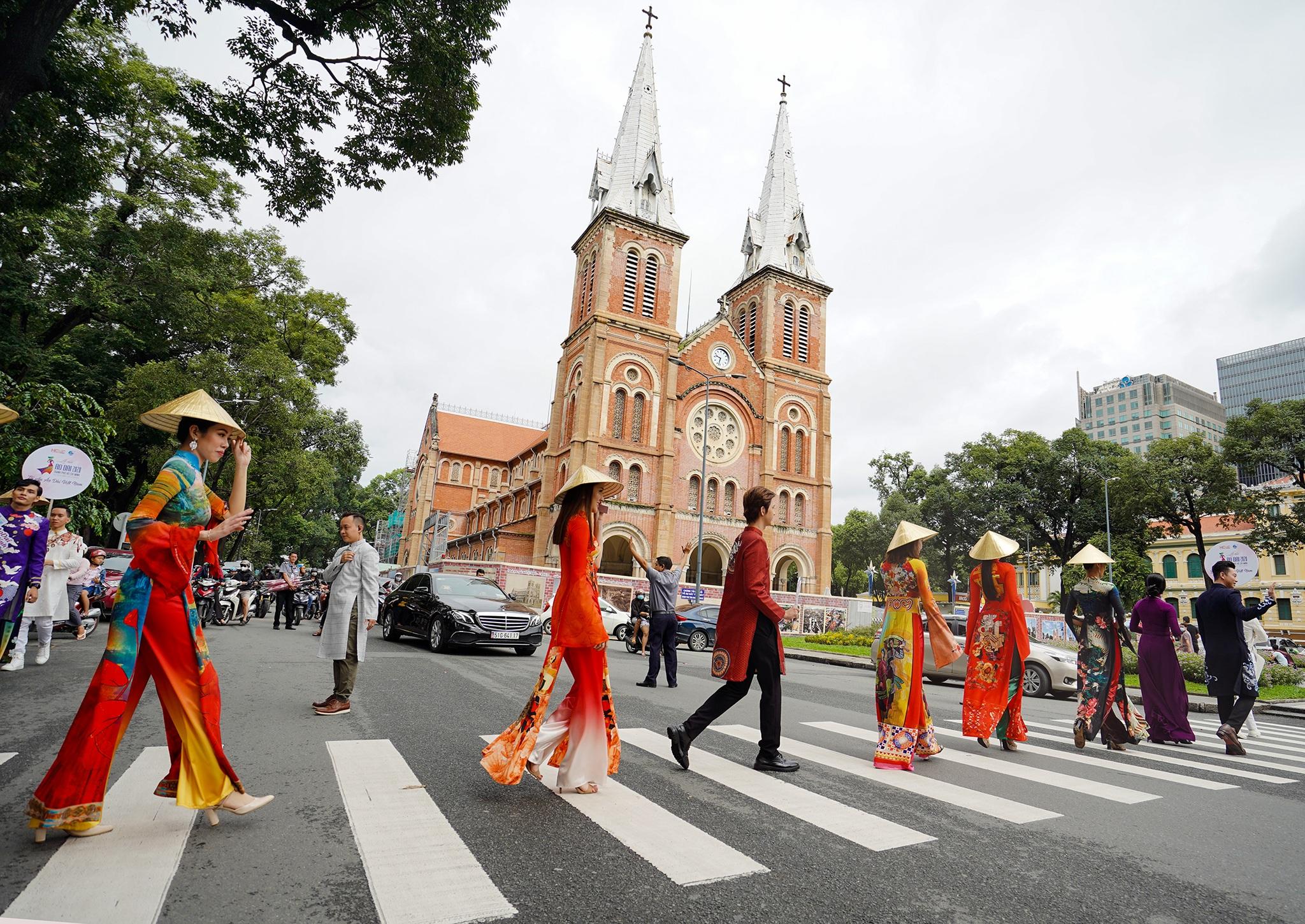 Đường phố, điểm du lịch… ở TPHCM biến thành sàn diễn áo dài - 14