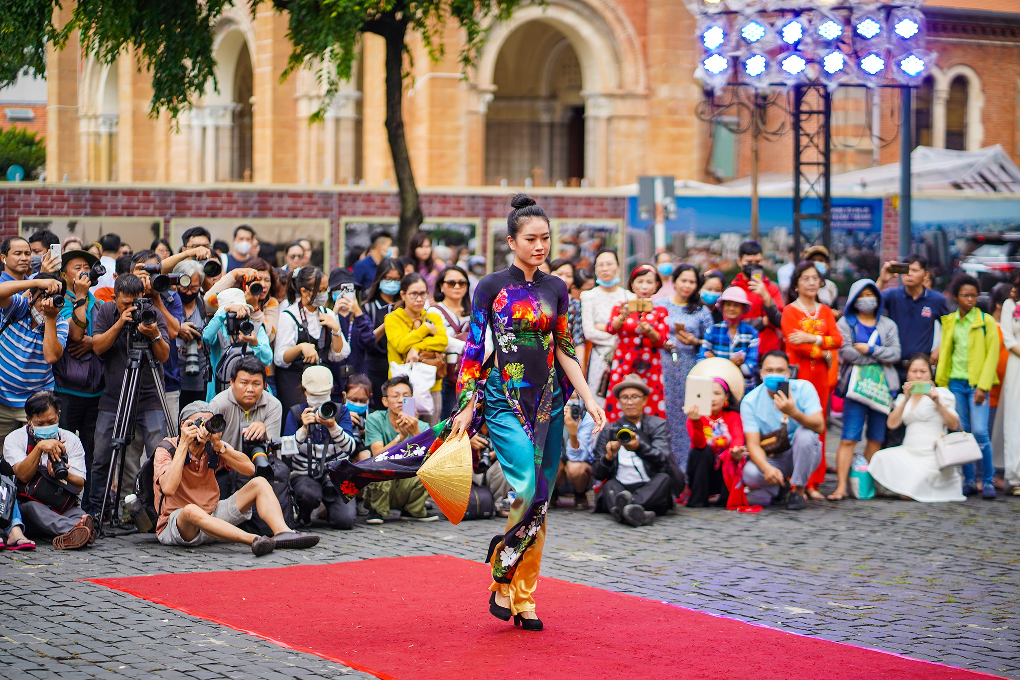 Streets, tourist attractions ... in Ho Chi Minh City turned into a catwalk - 16