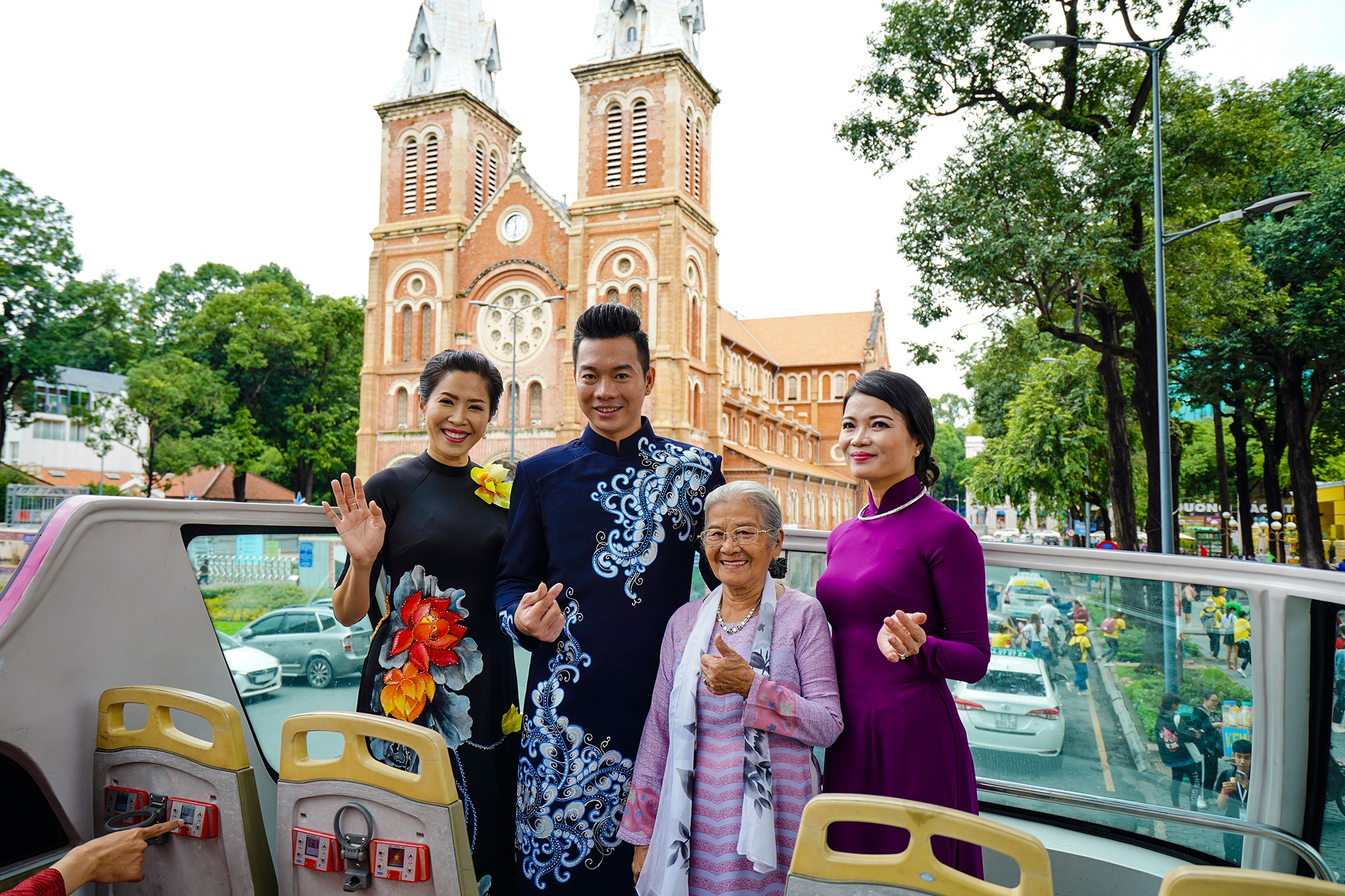 Streets, tourist attractions ... in Ho Chi Minh City turned into a catwalk - 17