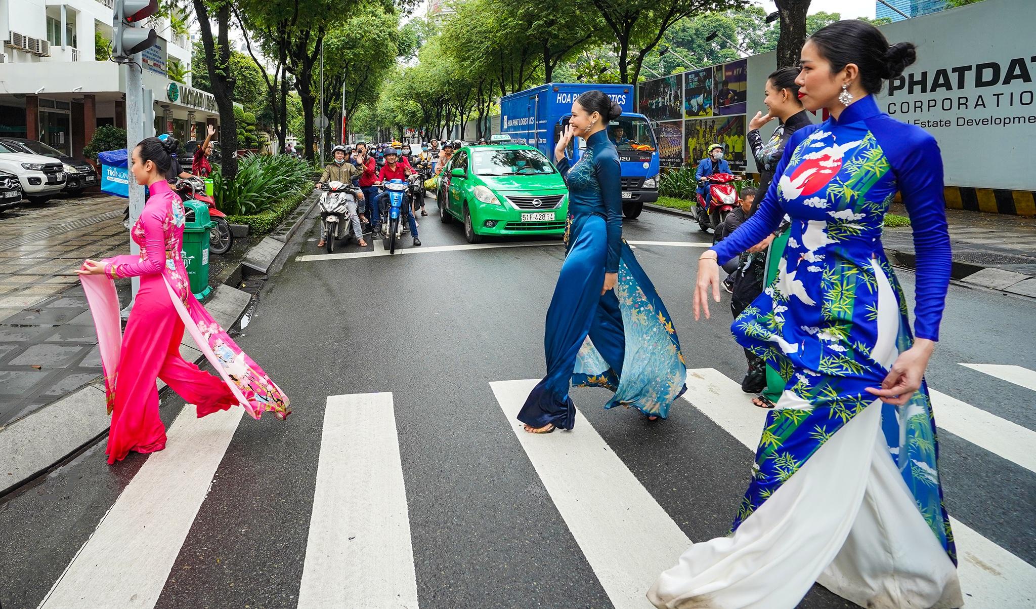 Đường phố, điểm du lịch… ở TPHCM biến thành sàn diễn áo dài - 2
