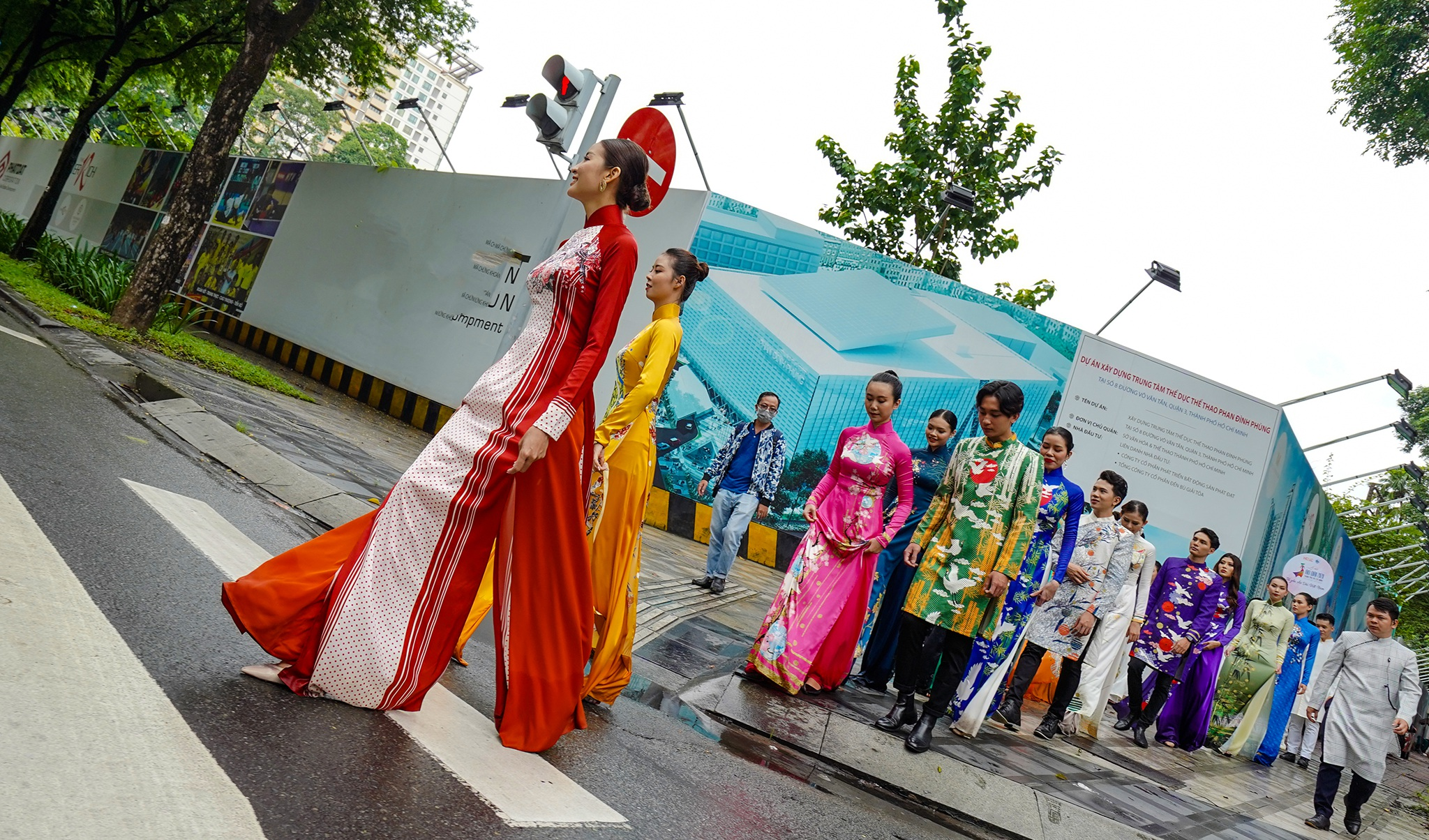 Streets, tourist attractions ... in Ho Chi Minh City turned into ao dai runway - 5