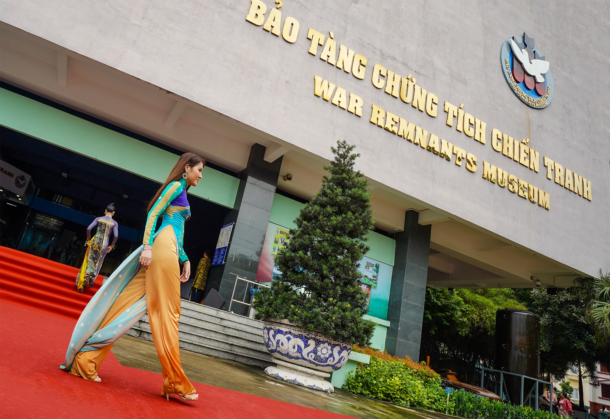 Streets, tourist attractions ... in HCMC turned into ao dai runway - 7