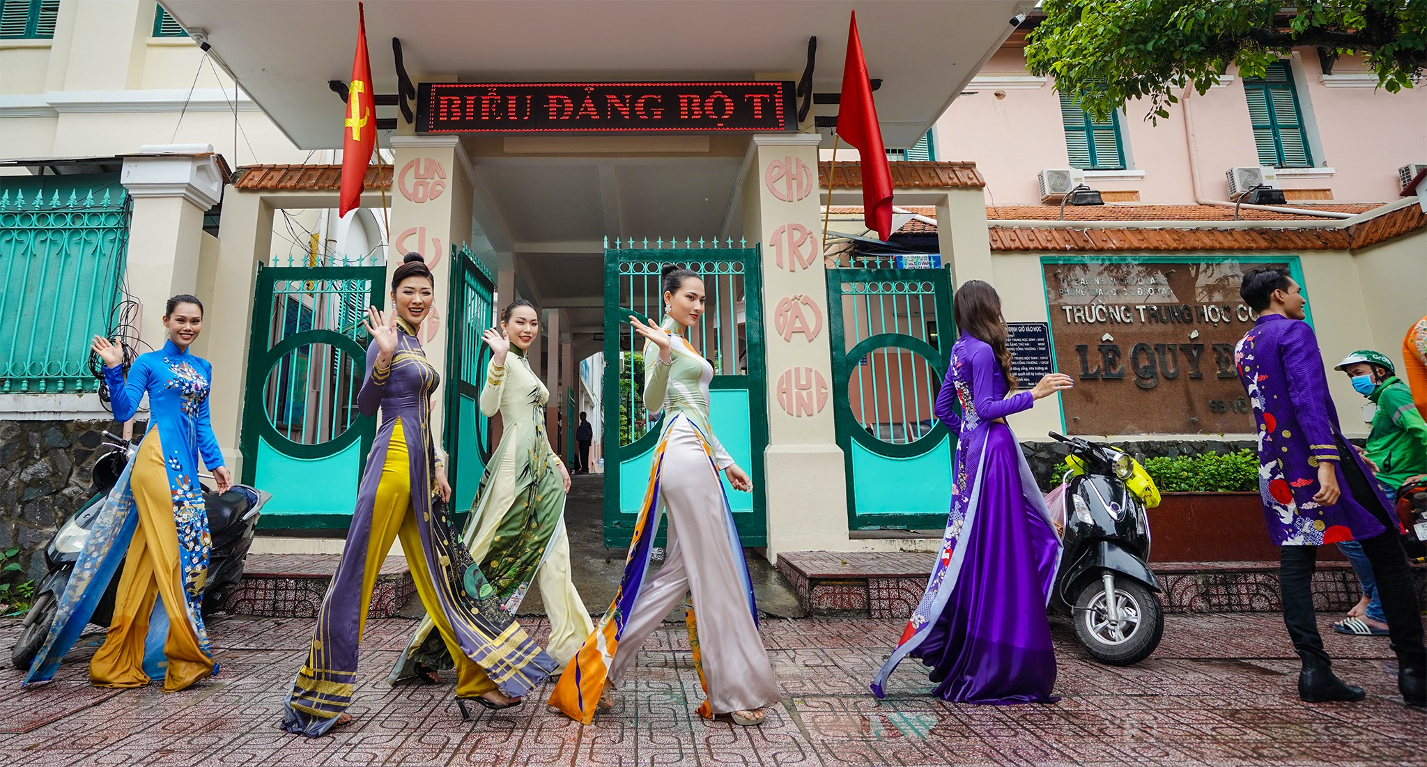 Streets, tourist attractions ... in Ho Chi Minh City turned into a catwalk - 12