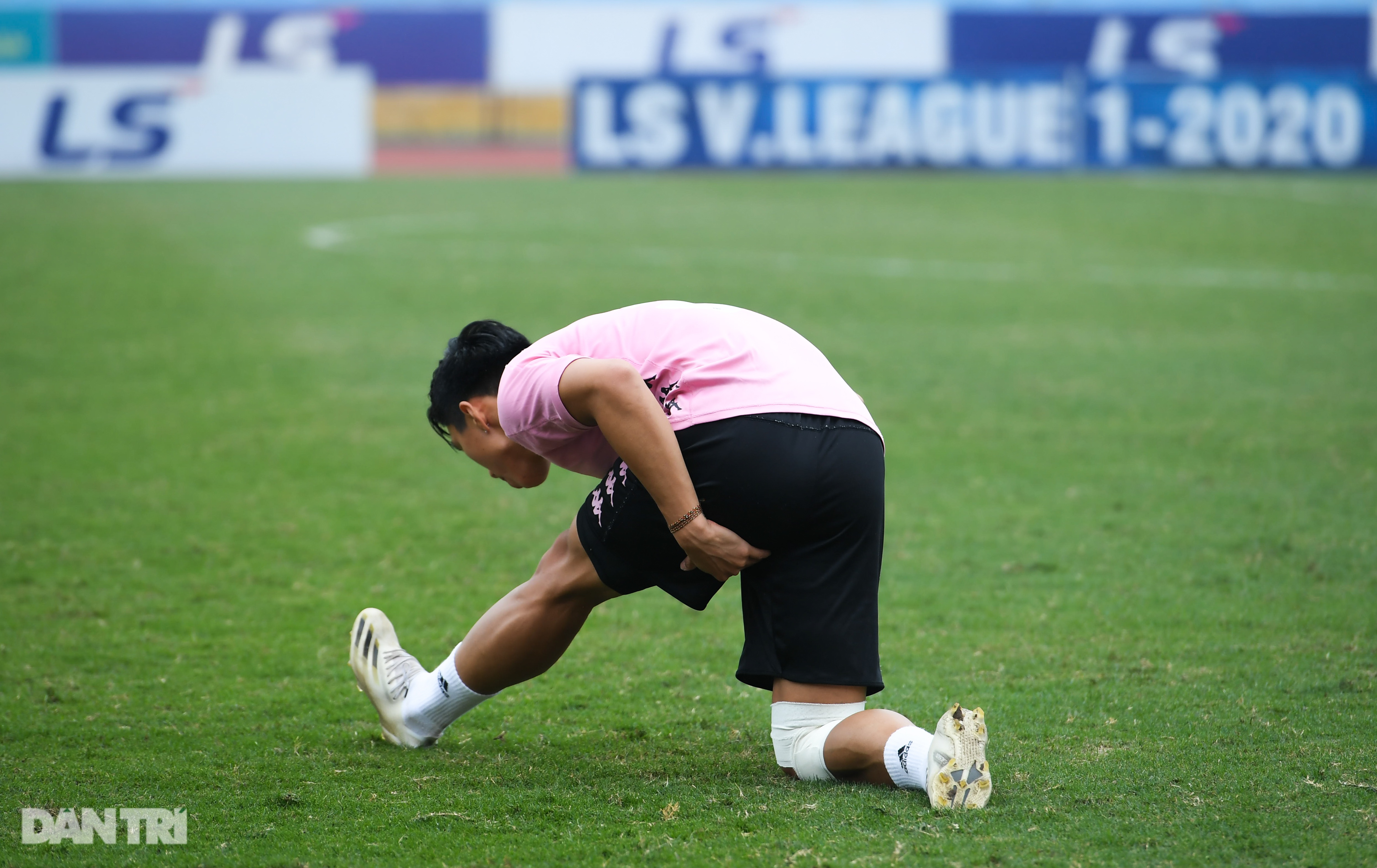 Văn Hậu tích cực tập luyện, có thể ra sân trước CLB Viettel - 3